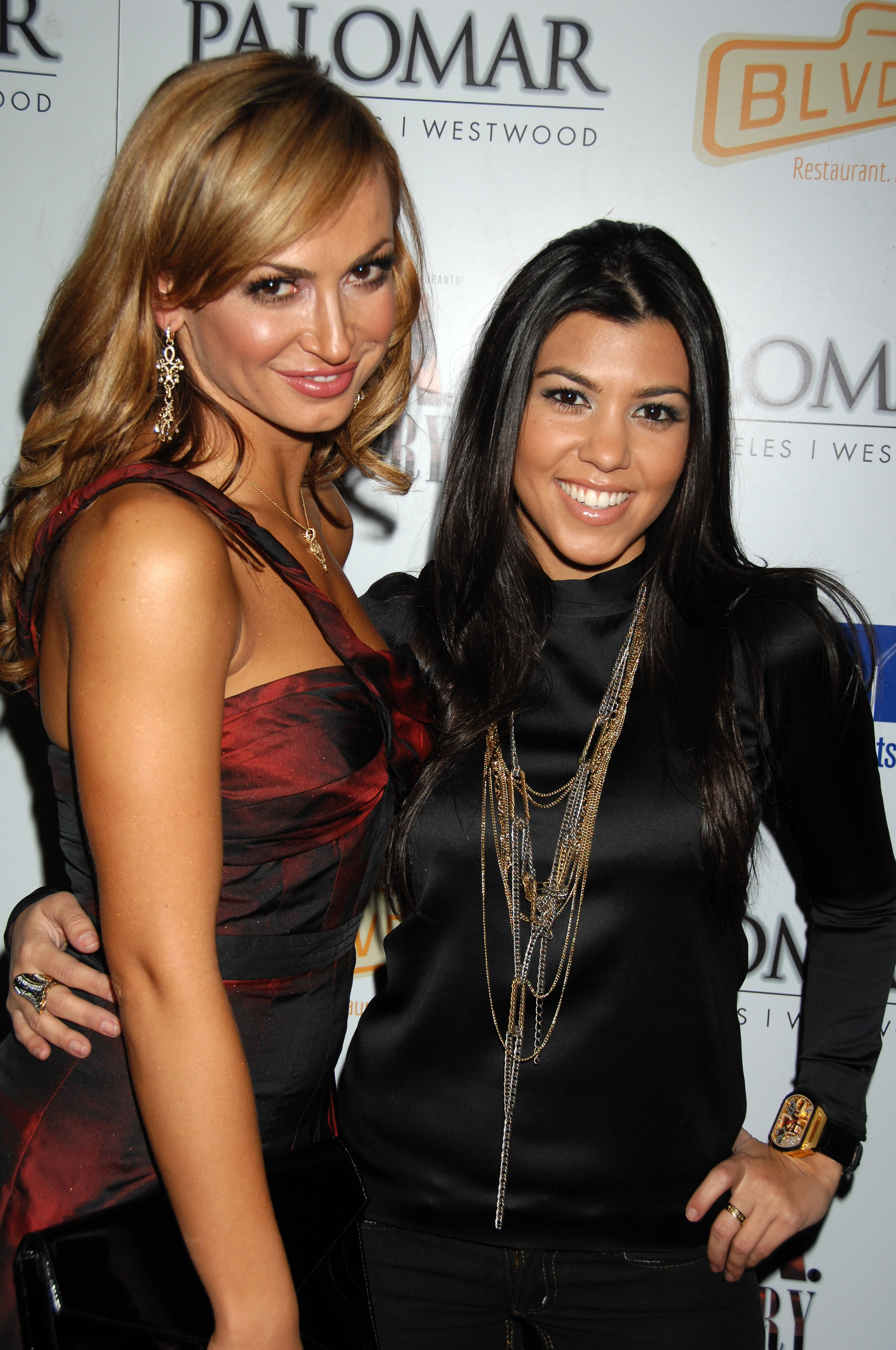 03340_Kim_Kardashian_2008-12-08_-_A_Night_For_Change_benefiting_Alternative_Intervention_Models_in_LA_890_122_595lo.jpg