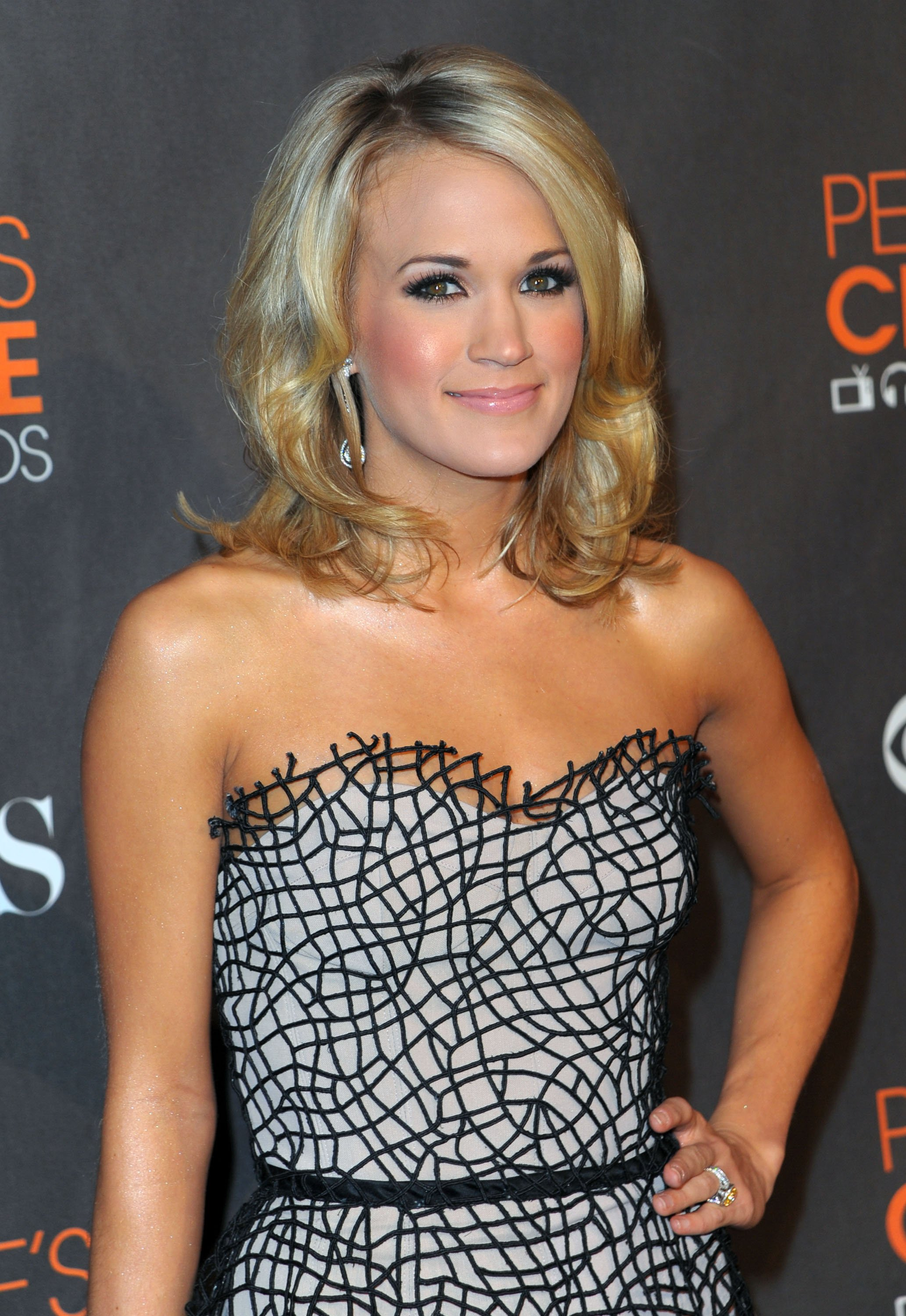 27616_Celebutopia-Carrie_Underwood_arrives_at_the_People97s_Choice_Awards_2010-04_122_60lo.jpg