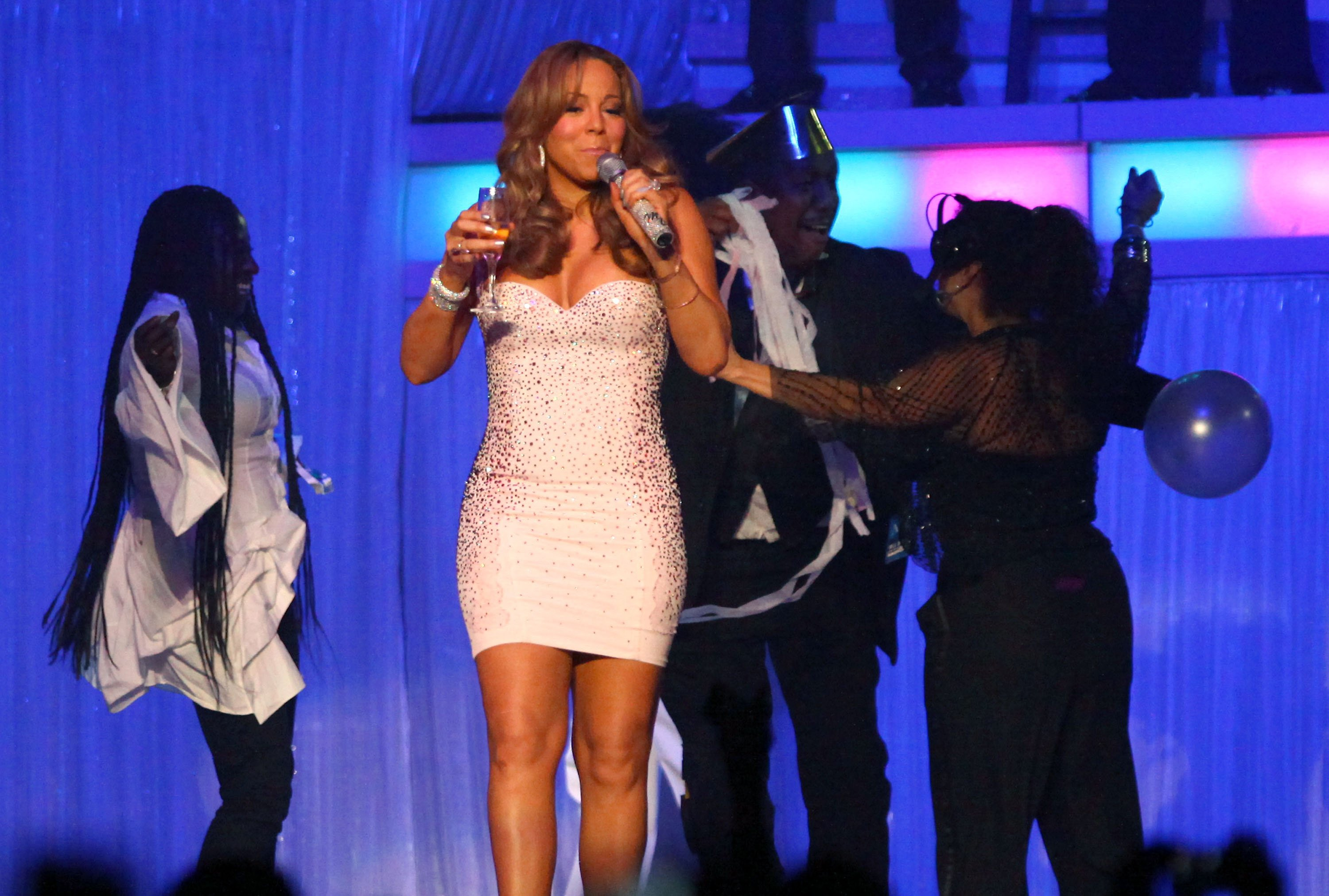 53642_Mariah_Carey_performs_at_Madison_Square_Garden_in_New_York_City-4_122_180lo.jpg