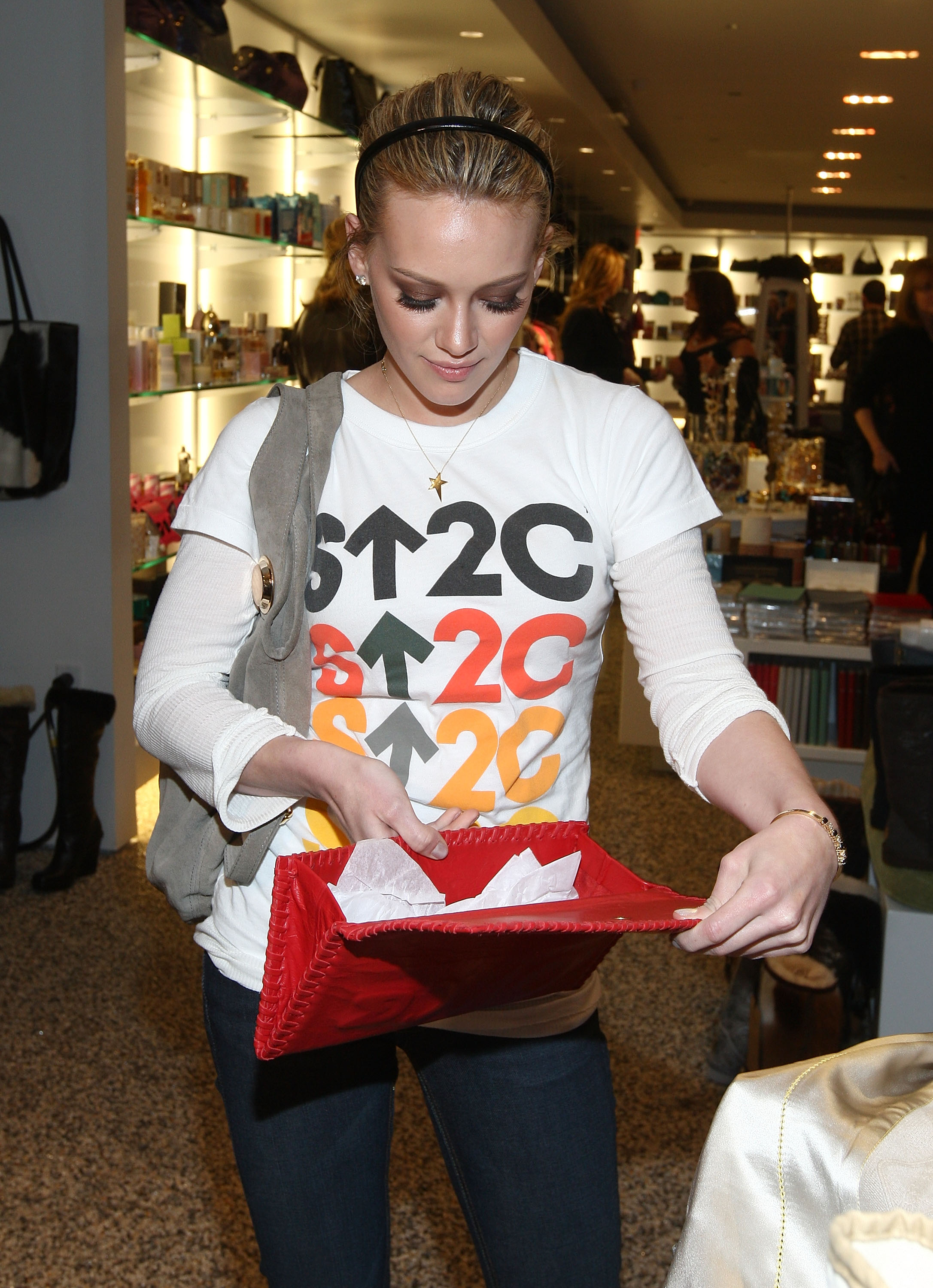 97327_Celebutopia-Mandy_Moore_and_Hilary_Duff-SU2C_merchandise_collection_launch-12_122_33lo.jpg