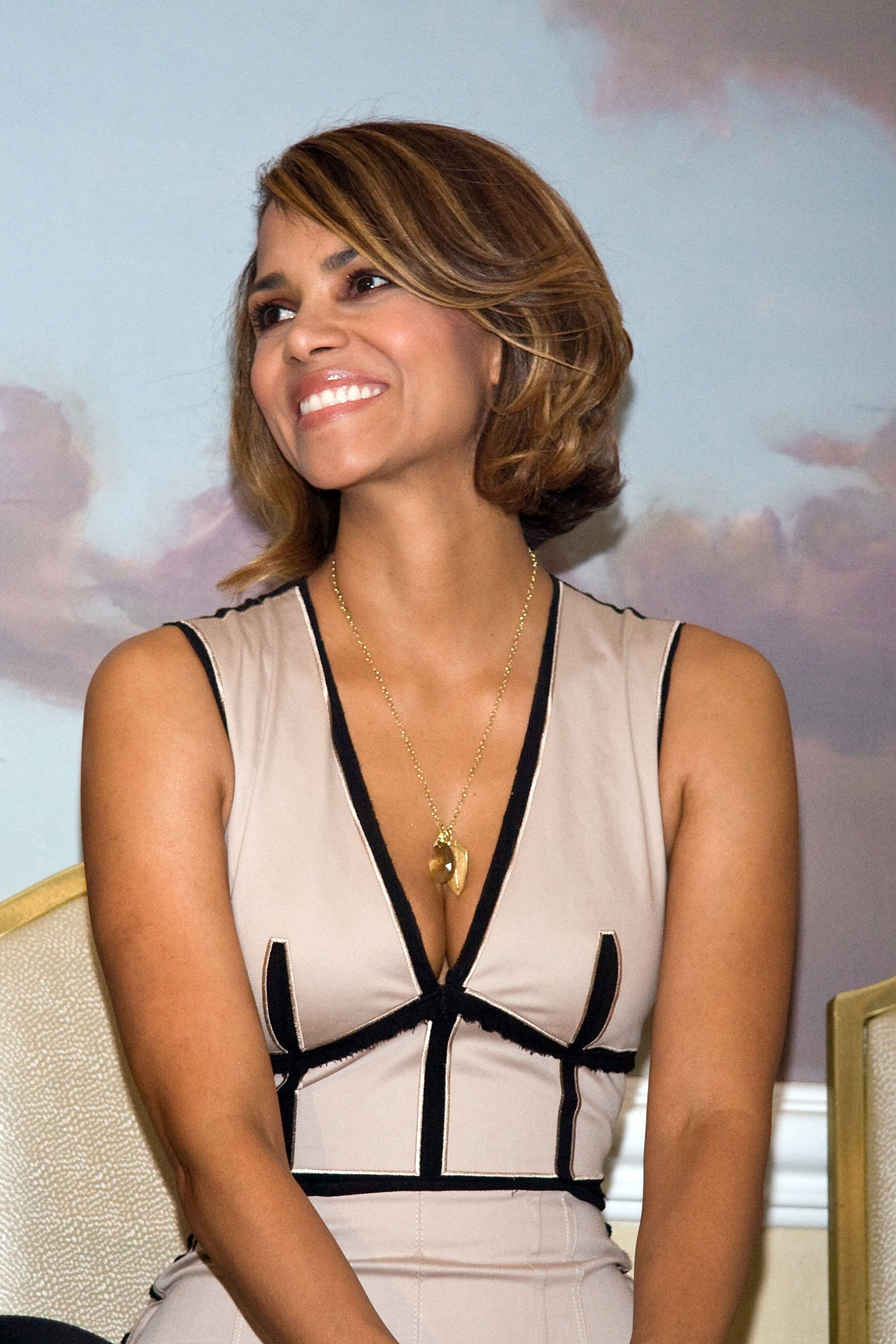 58563_Halle_Berry_2009_Jenesse_Silver_Rose_Gala_Auction_in_Beverly_Hills_117_122_86lo.jpg