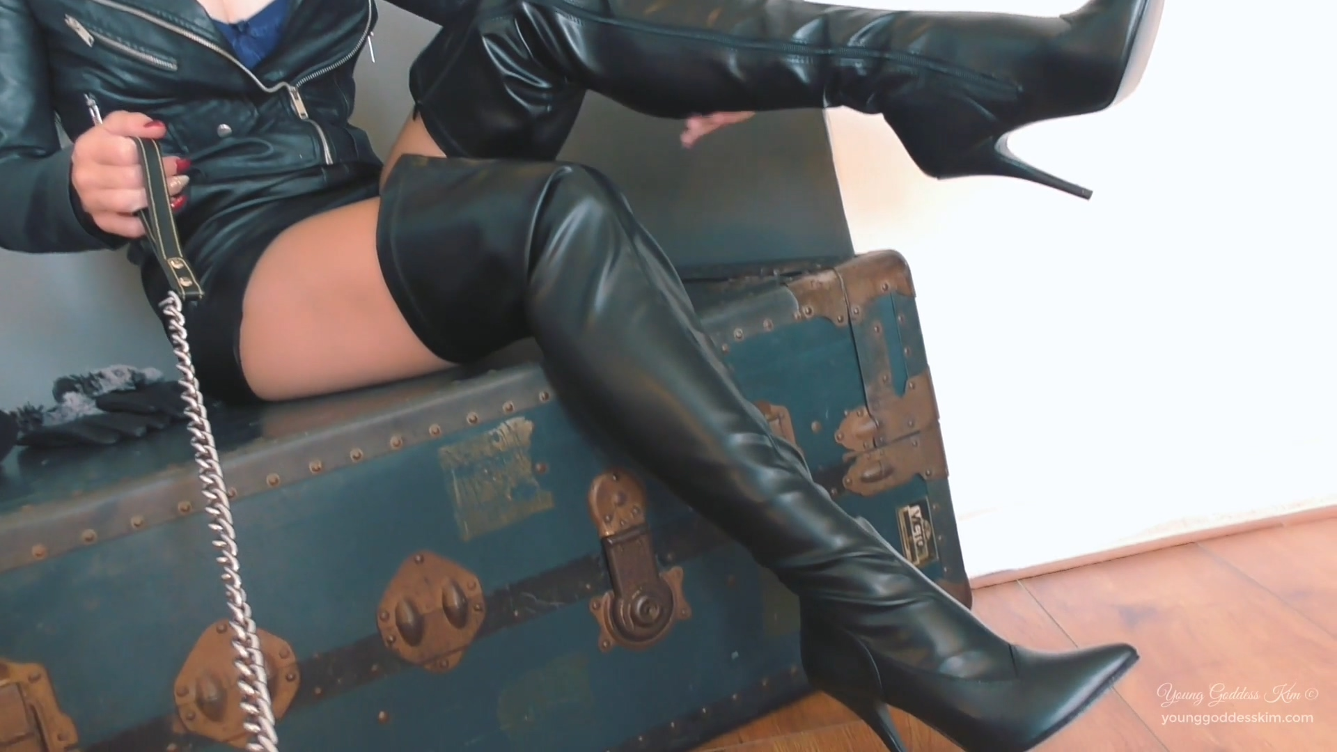 942903382_Leather_and_lust.mp4_20190330_124606.275_123_462lo.jpg