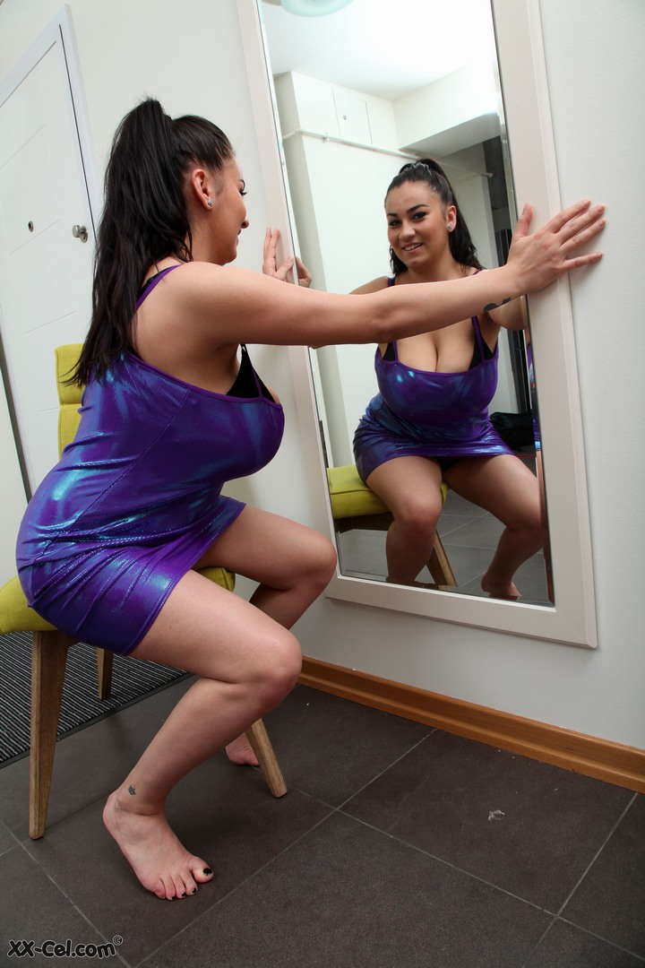521178782_helen_star_in_front_of_the_mirror_02_122_592lo.jpg