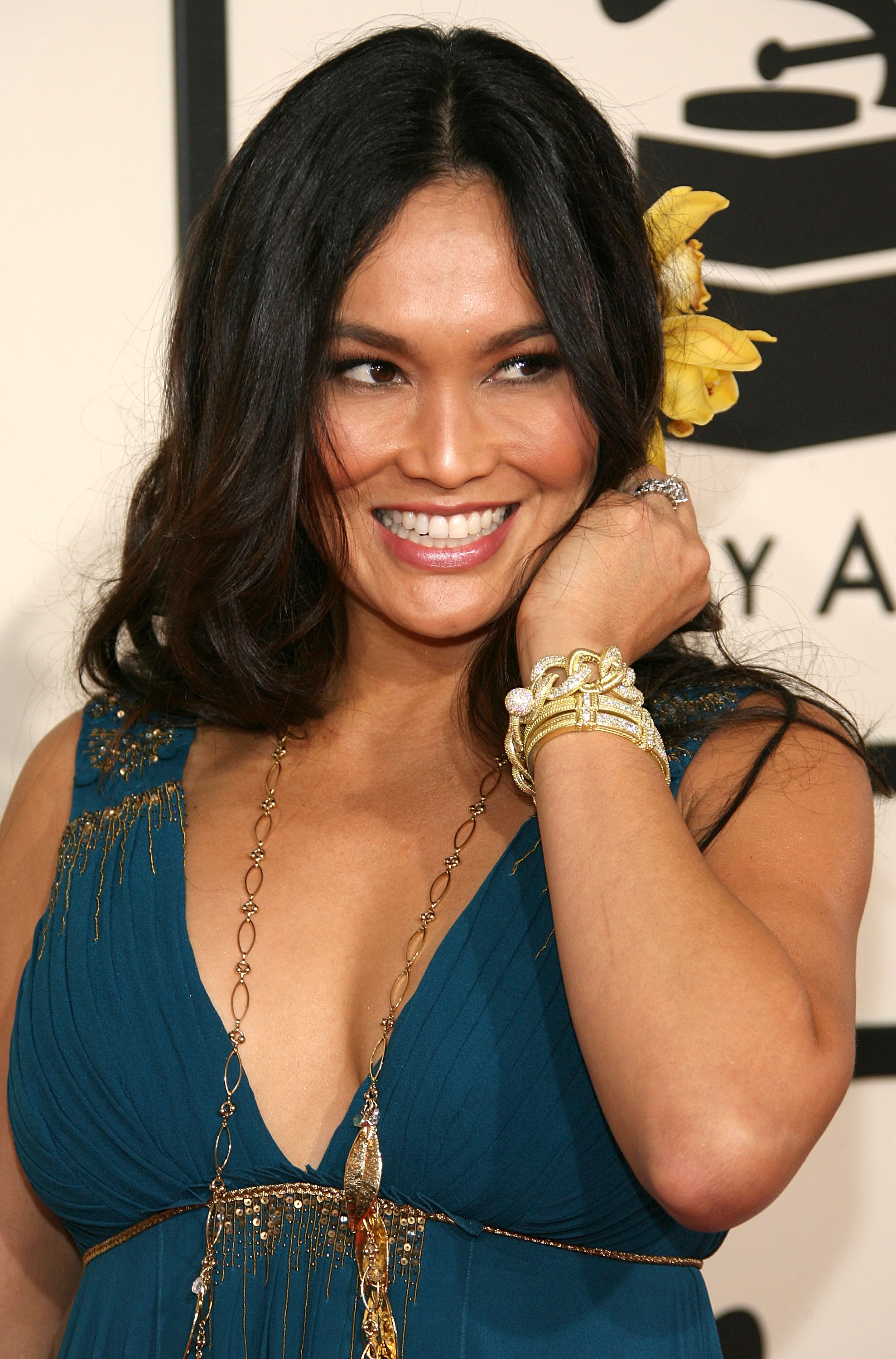 92899_by_Septimiu_Tia_Carrere-50th_Annual_Grammy_Awards_Arrivals-02_698_122_523lo.jpg