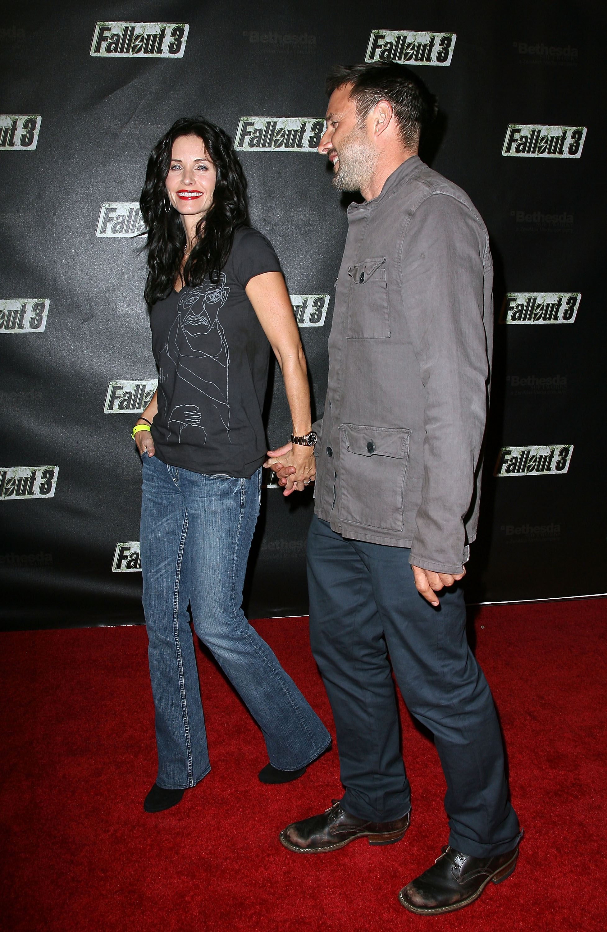 55039_Celebutopia-Courteney_Cox-Launch_Party_for_Fallout_3_videogame-08_122_563lo.jpg