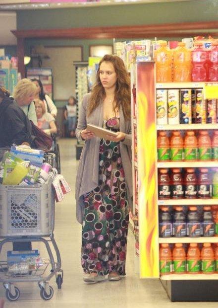 37907_19.04.2008_-_Jessica_Alba_shoppt_bei_Rite_Aid_in_Los_Angeles_002_122_1170lo.jpg