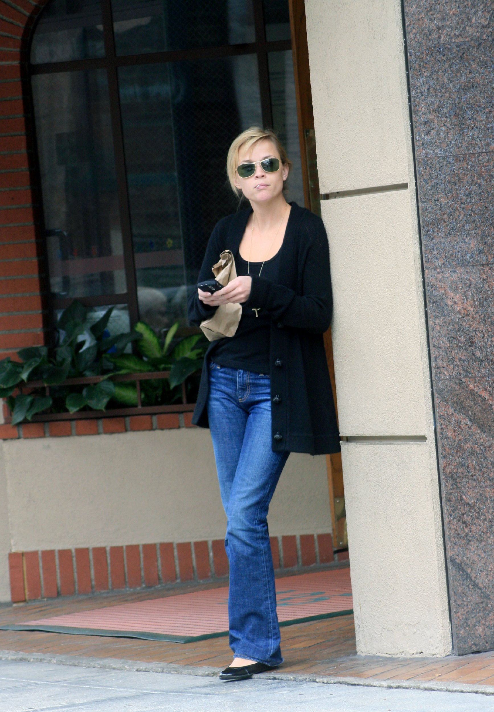 59188_celeb-city.eu_Reese_Witherspoon_leaves_a_medical_building_03_122_1175lo.jpg