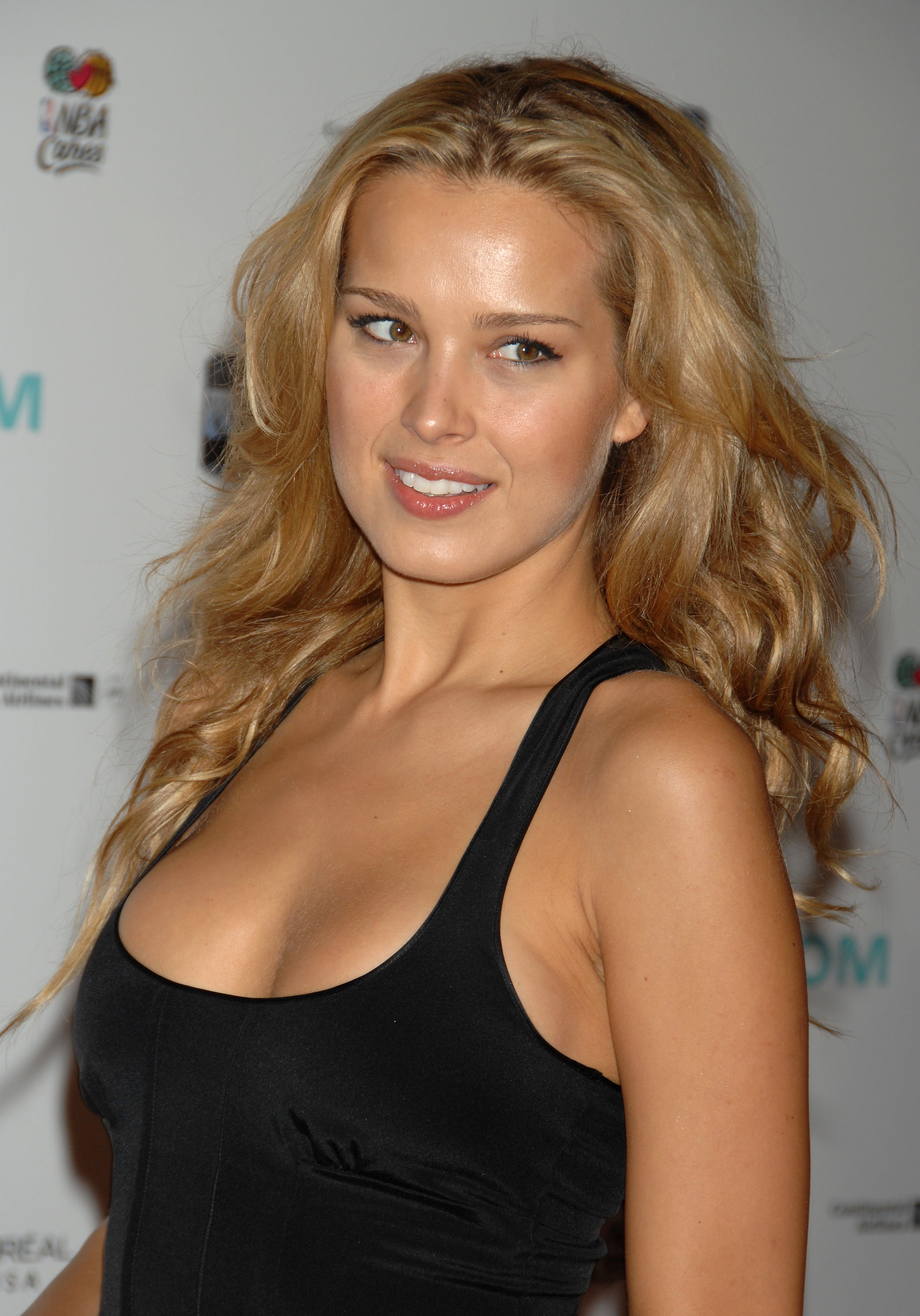 13179_celeb-city.eu_Petra_Nemcova_The_Dream_Concert_Backstage_09-18-2007_002_122_997lo.jpg