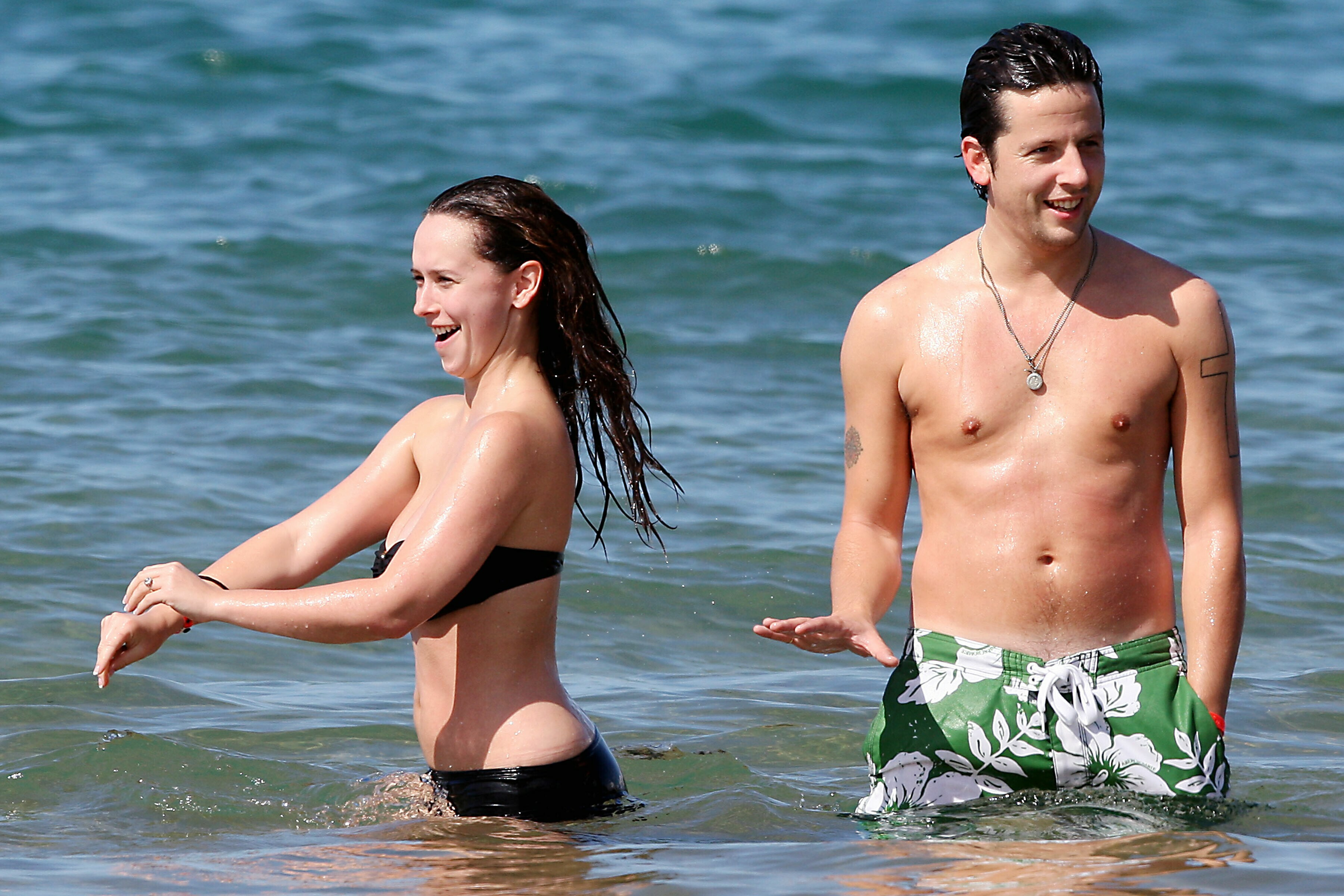 74590_celeb-city.eu_Jennifer_Love_Hewitt_at_beach_11_122_122_381lo.jpg
