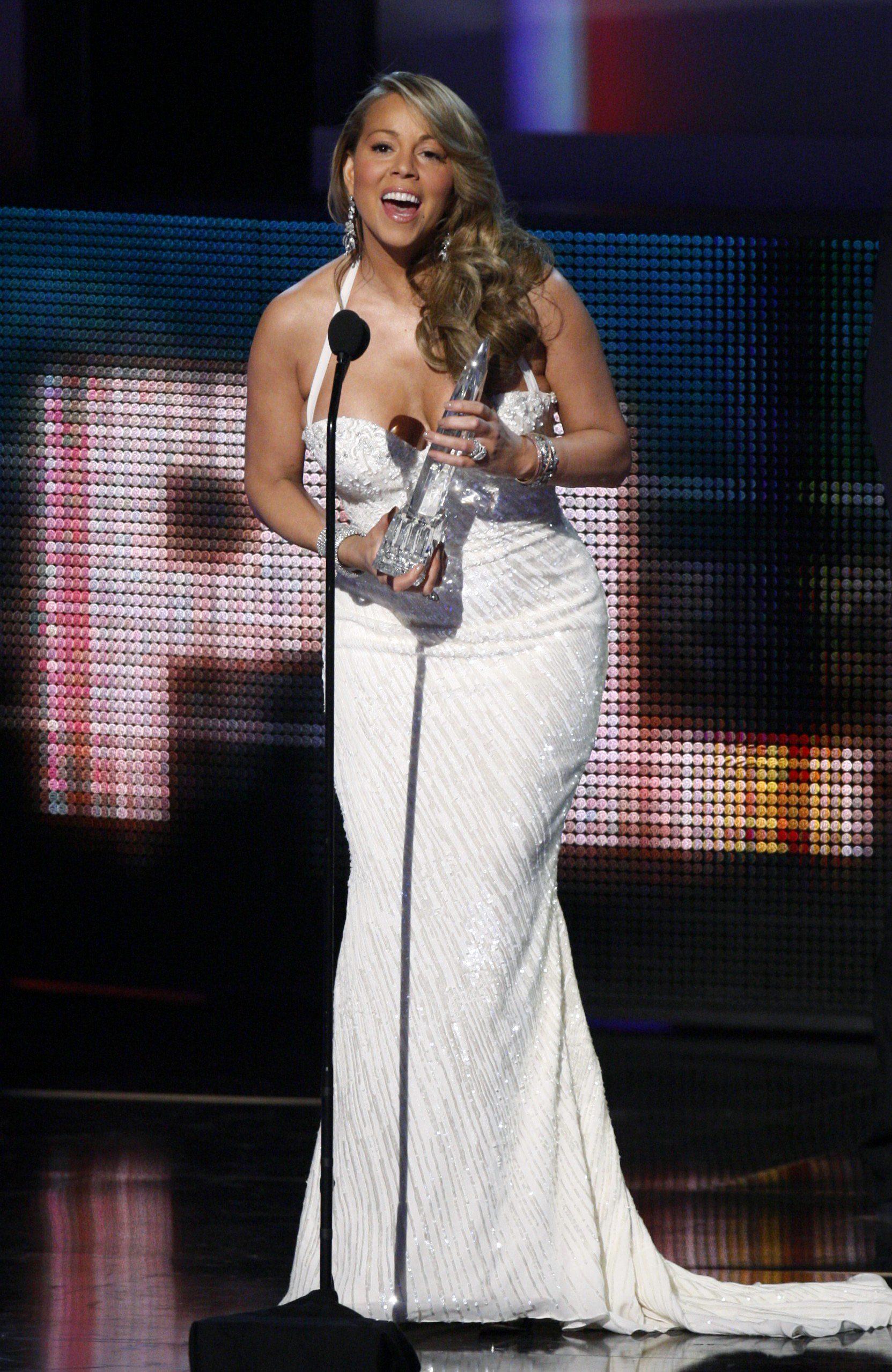 75524_mariah_carey_peoples_choice_awards._6_2010_568_120747_122_641lo.JPG