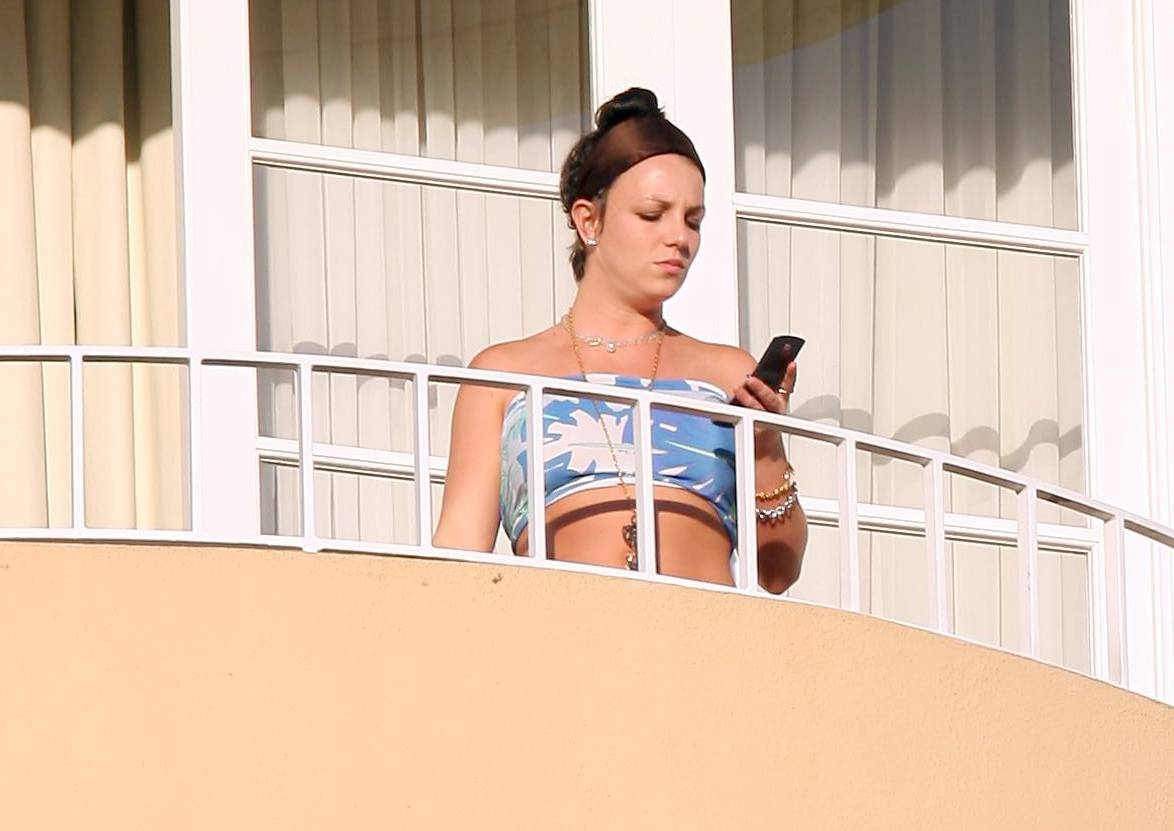 57732_celeb-city.eu_Britney_Spears_at_hotel_in_Beverly_Hills_22_123_233lo.jpg