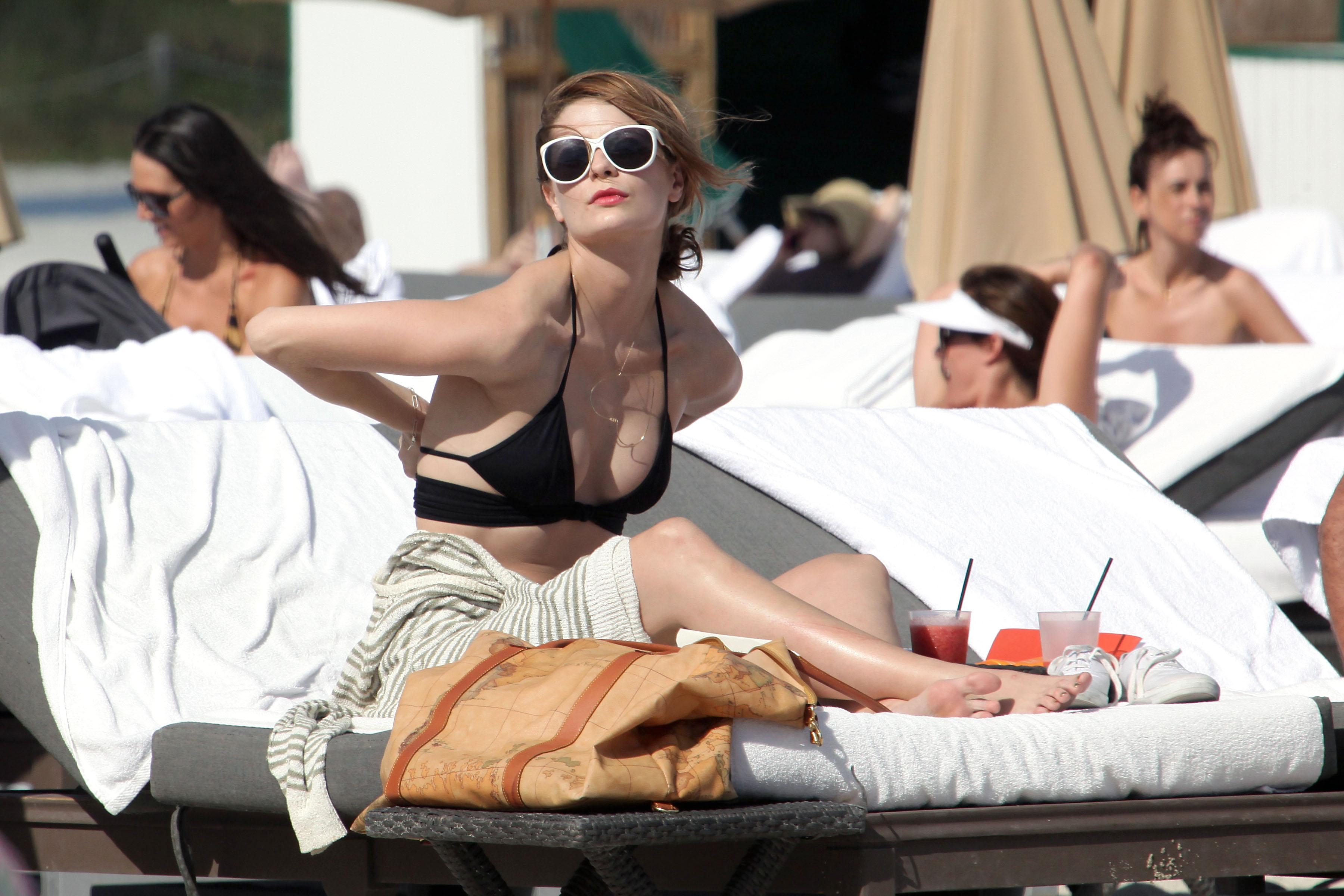 311906425_Mischa_Barton_Bikini_Candids_on_the_Beach_in_Miami_December_27_2011_133_122_238lo.jpg