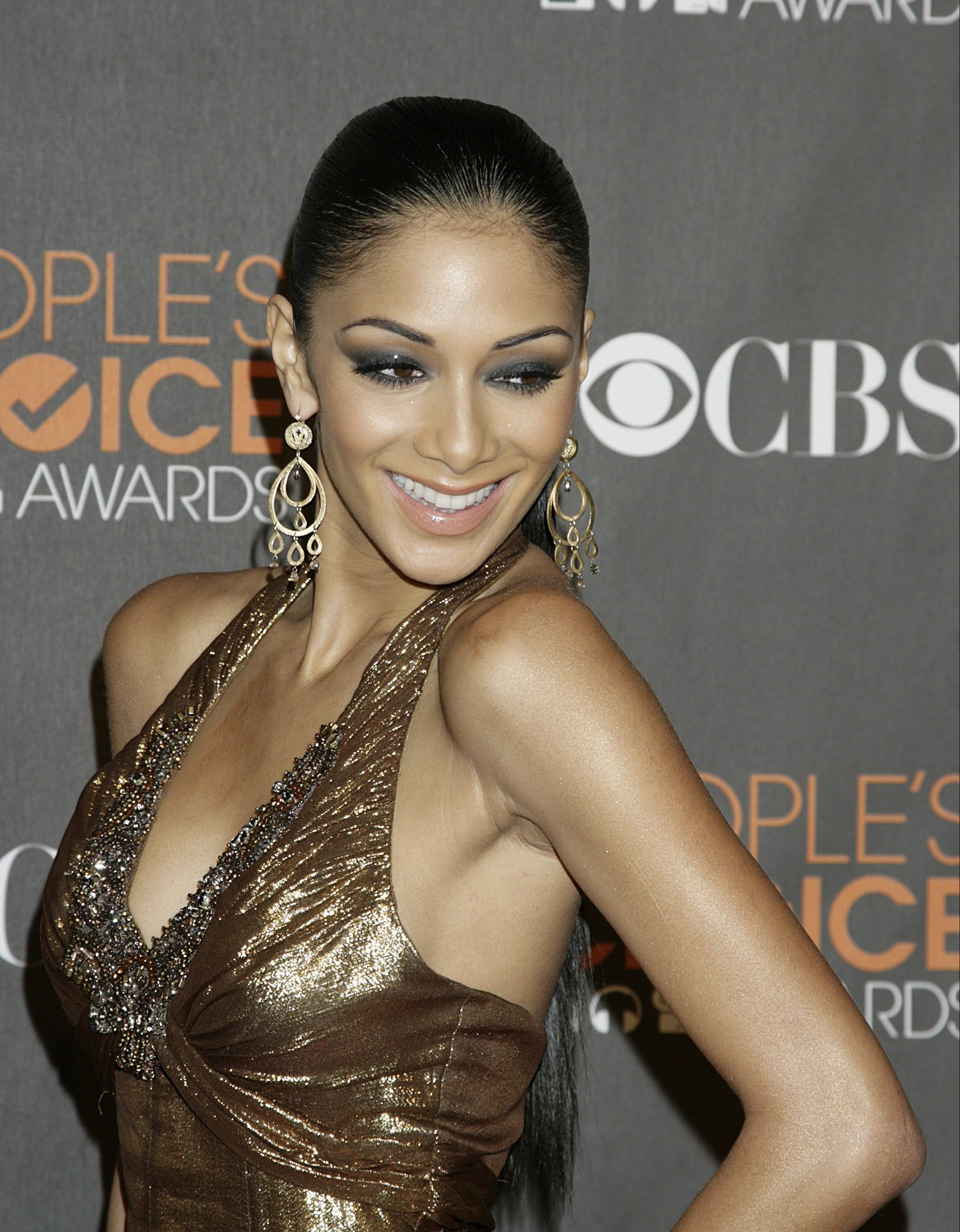 75967_Nicole_Scherzinger_arrives_at_the_Peoples_Choice_Awards.com-The_Elder-Nicole_Scherzinger_2010-01-06_-_36th_annual_People0s8860_122_436lo.jpg
