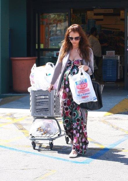37912_19.04.2008_-_Jessica_Alba_shoppt_bei_Rite_Aid_in_Los_Angeles_003_122_522lo.jpg