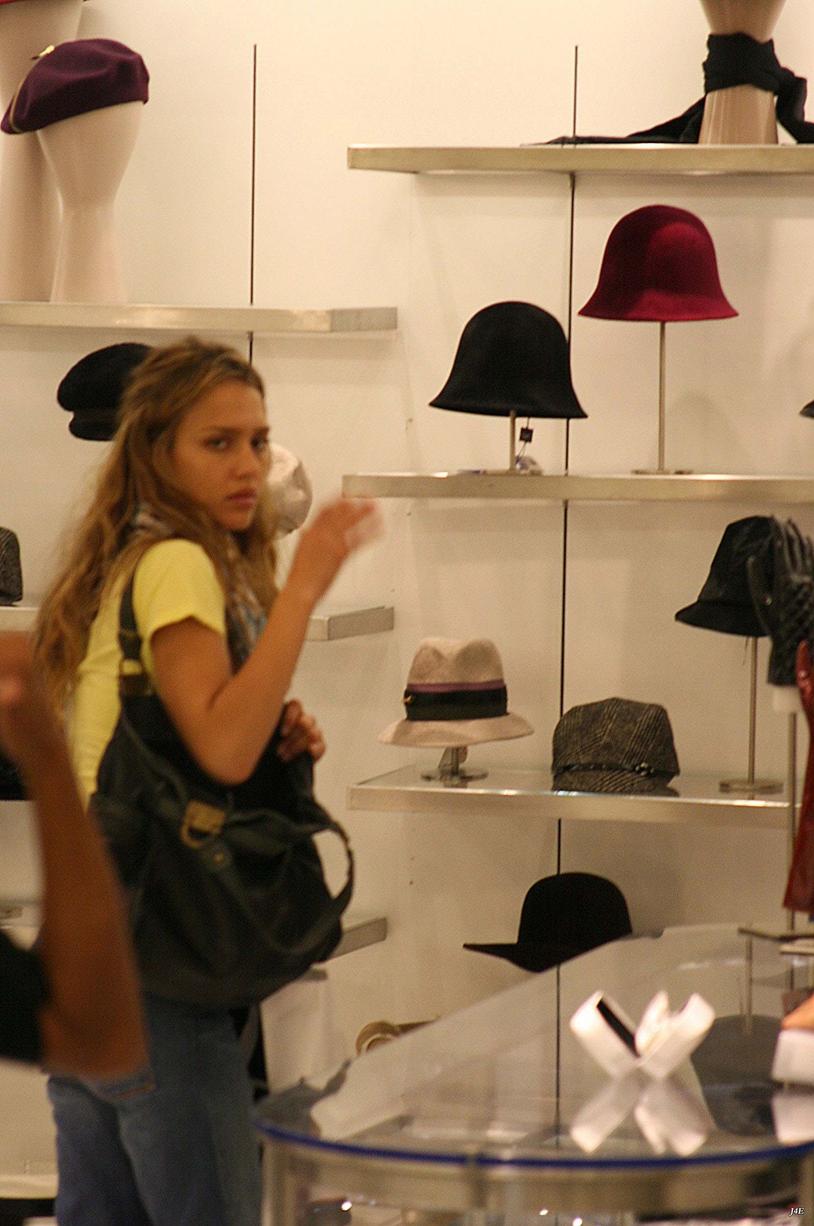 37708_Jessica_Alba_shops_at_Saks_on_5th_ave_in_L.A._-_Oct_11_2007_001_122_11lo.jpg