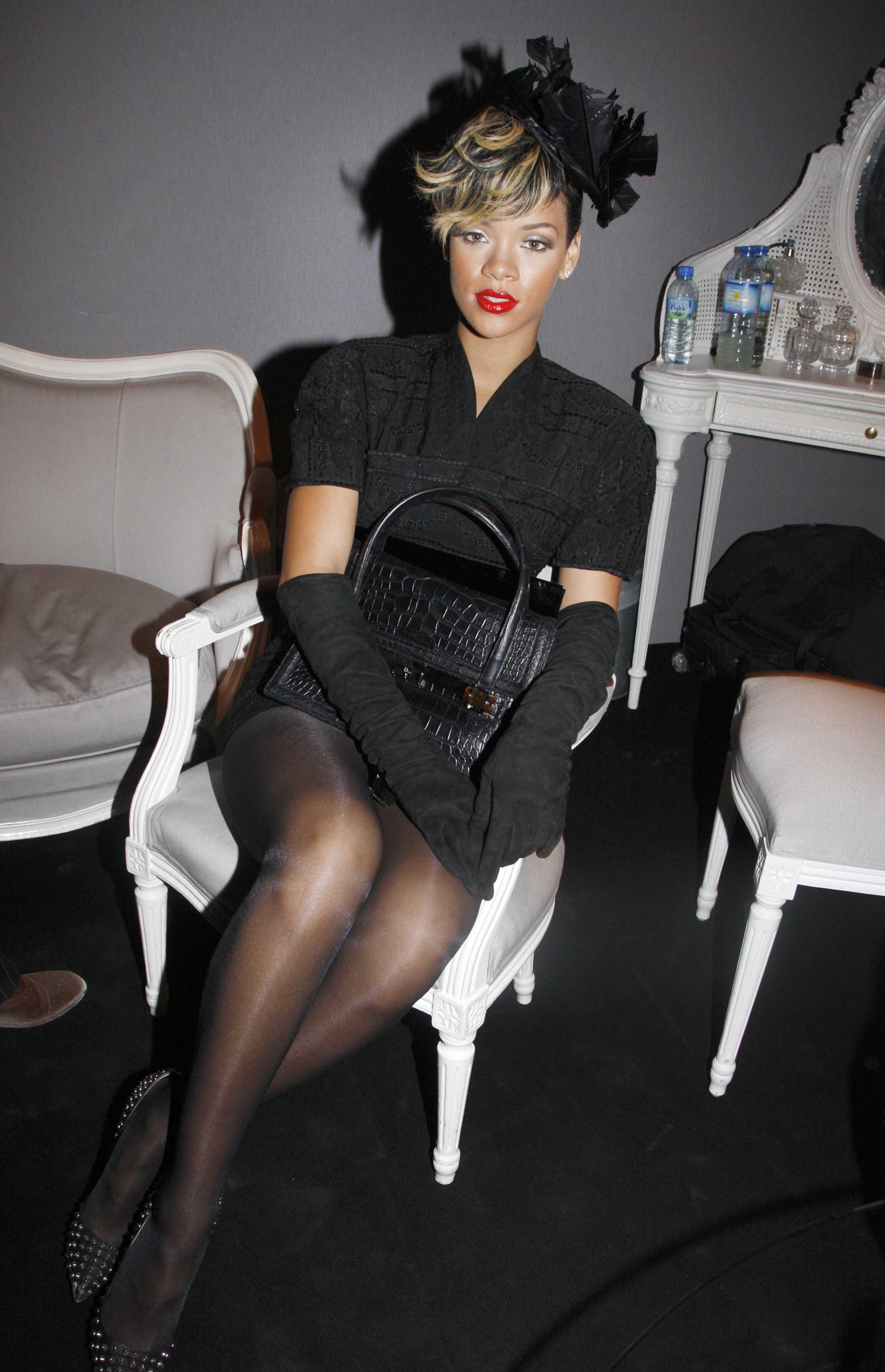 46074_celebrity-paradise.com-The_Elder-Rihanna_2009-10-02_-_at_the_Christian_Dior_Pret_a_Porter_show_4266_122_14lo.jpg