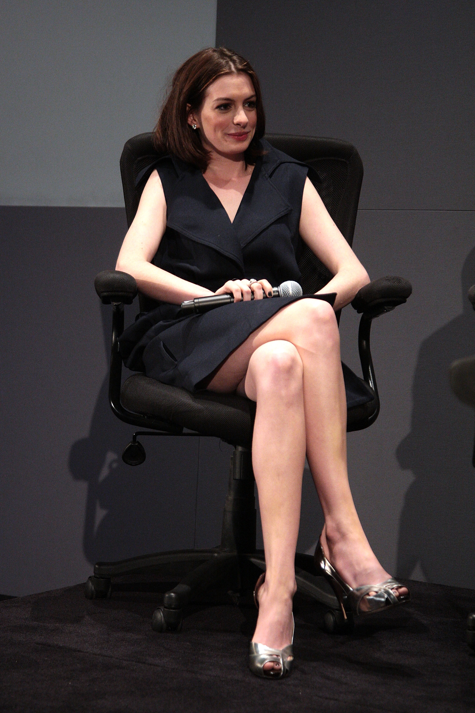 59314_anne_hathaway_meet_the_actors_apple_store-NY_june182008_09_122_214lo.jpg