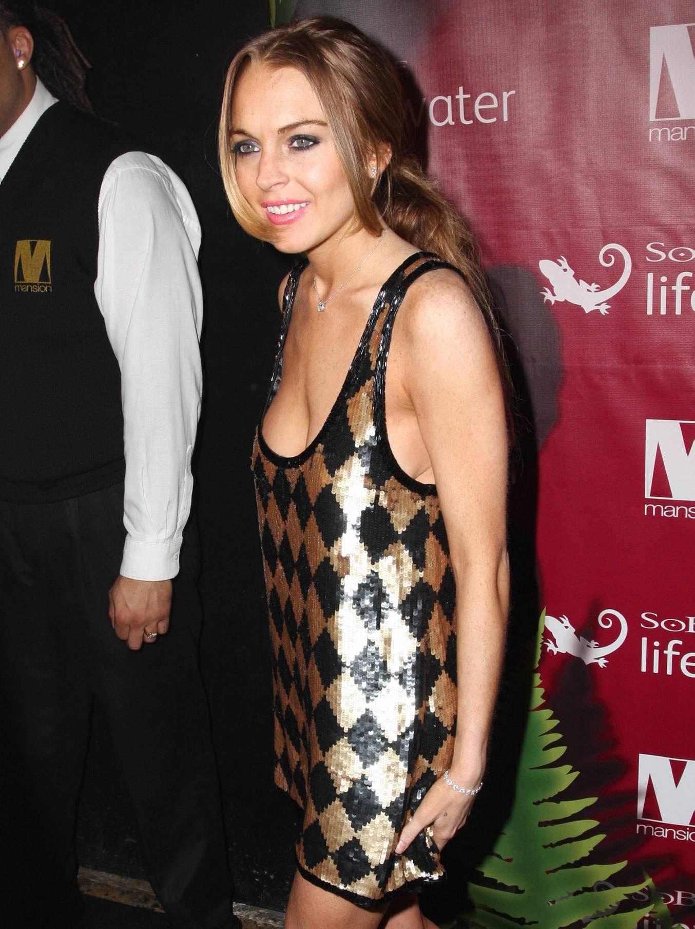 37993_Lindsay_Lohan_at_Mansion_Nightclub_in_Miami_1-1-2009_003_122_387lo.jpg