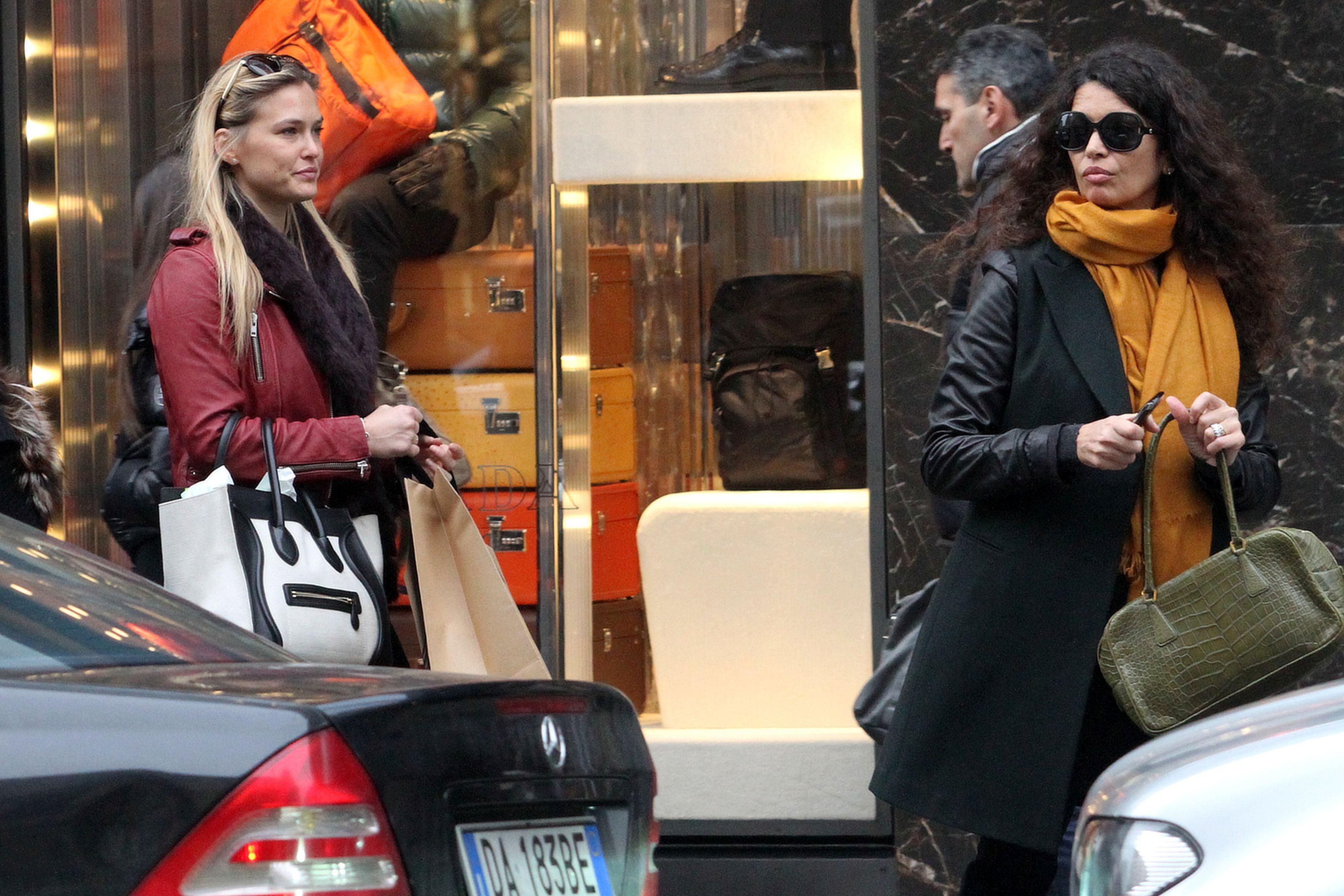 88427_Preppie_Bar_Refaeli_at_The_Pirelli_Store_in_Milan_1_122_426lo.JPG