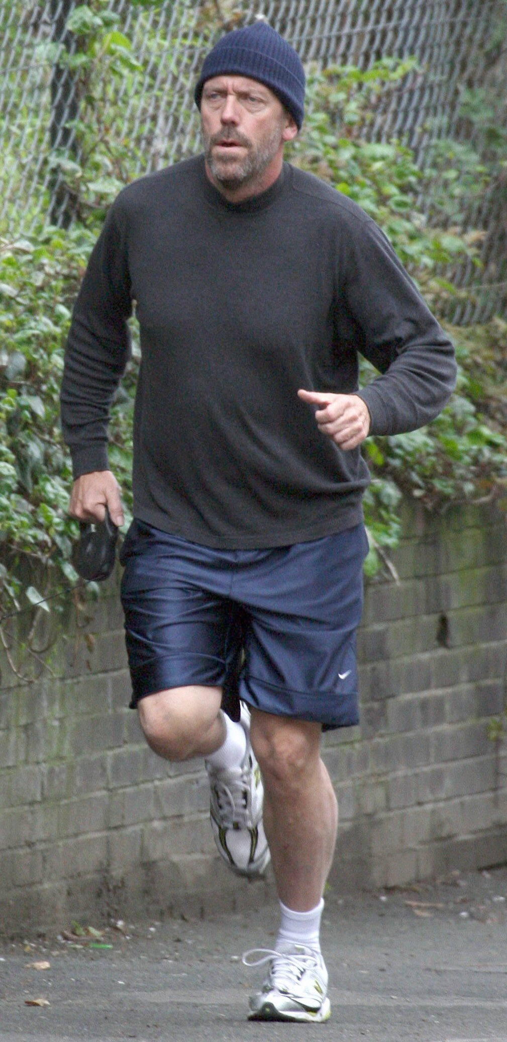 64039_Hugh_Laurie_jogging_in_London_with_his_dog7_April19-01_122_505lo.jpg