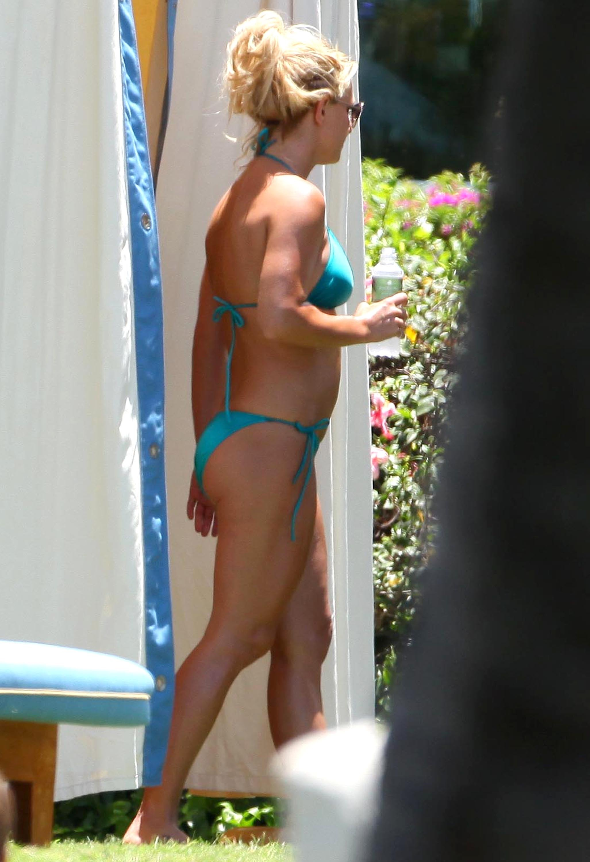 84970_Britney_Spears_Bikini_Maui_7_122_527lo.jpg