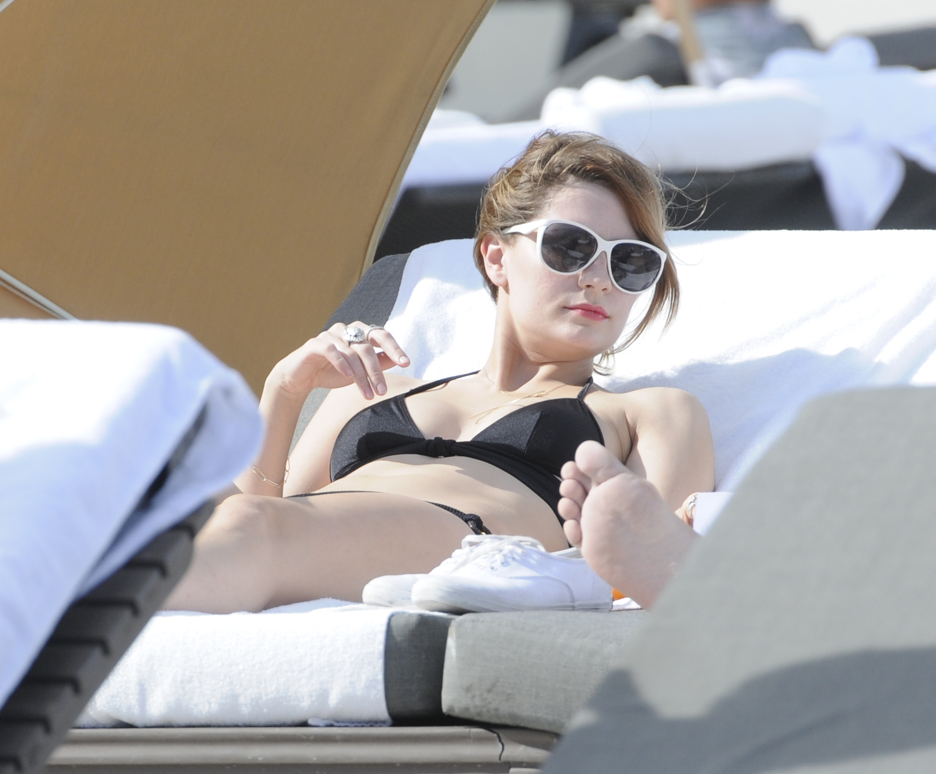 312253877_Mischa_Barton_Bikini_Candids_on_the_Beach_in_Miami_December_27_2011_158_122_80lo.jpg