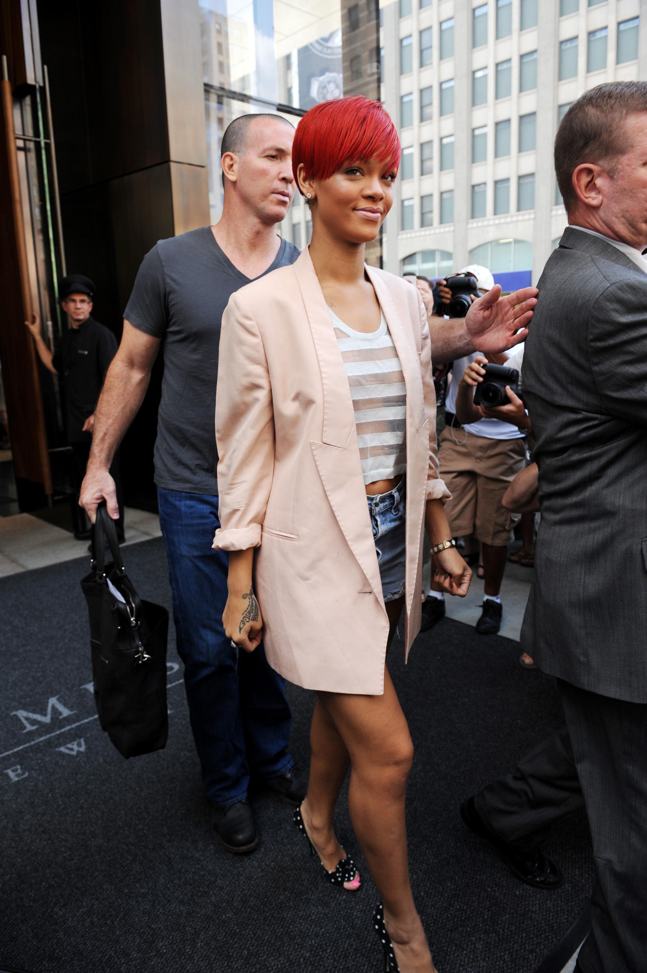 11511_Rihanna2010_08_11_leavestheTrumpSohohotelinNY.com_TheElder_Rihanna2010_08_11_leavestheTrumpSohohotelinNY18_122_206lo.jpg