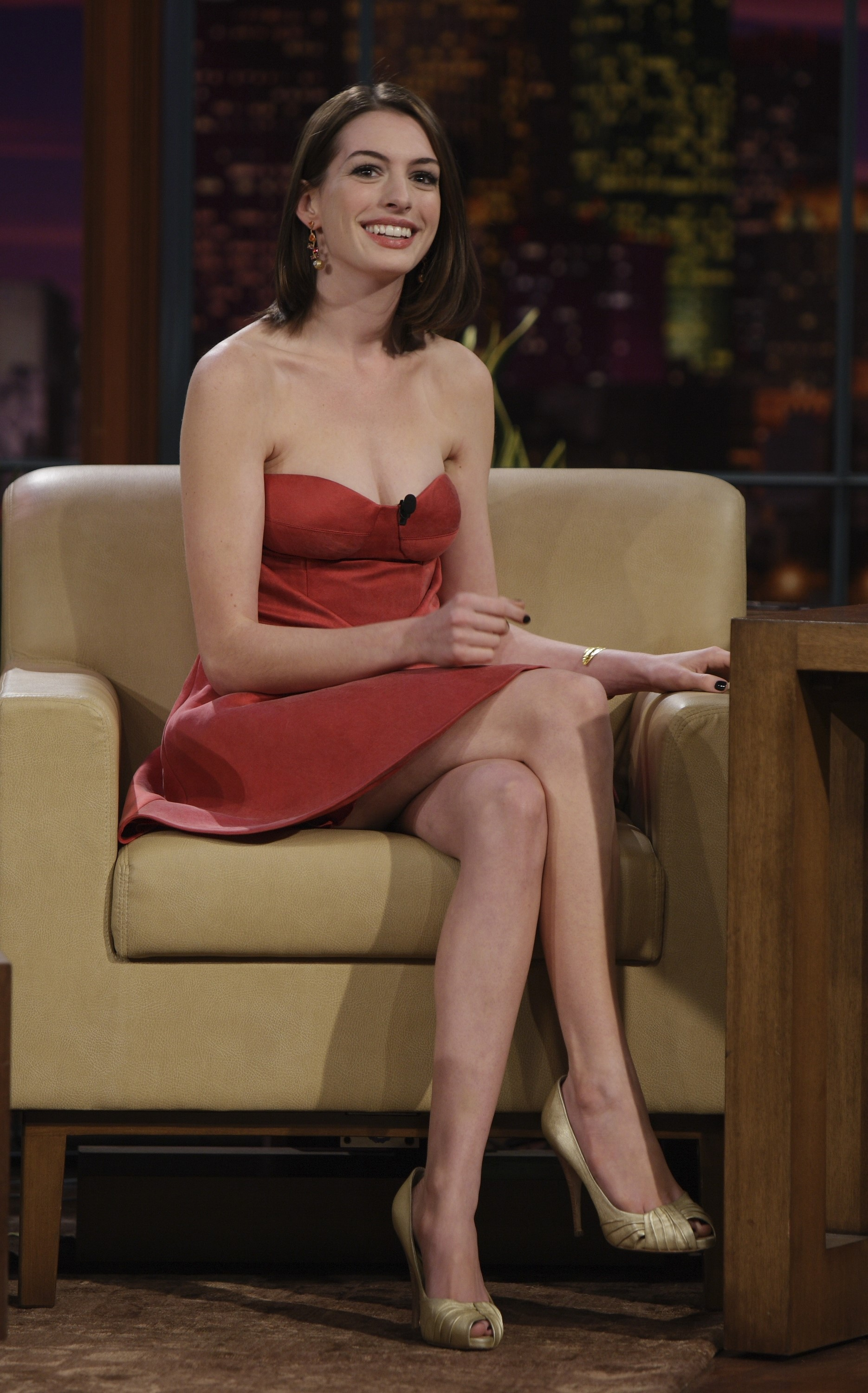 21979_celeb-city.org_Anne_Hathaway_The_Tonight_Show_06-16-2008_09_123_463lo.jpg