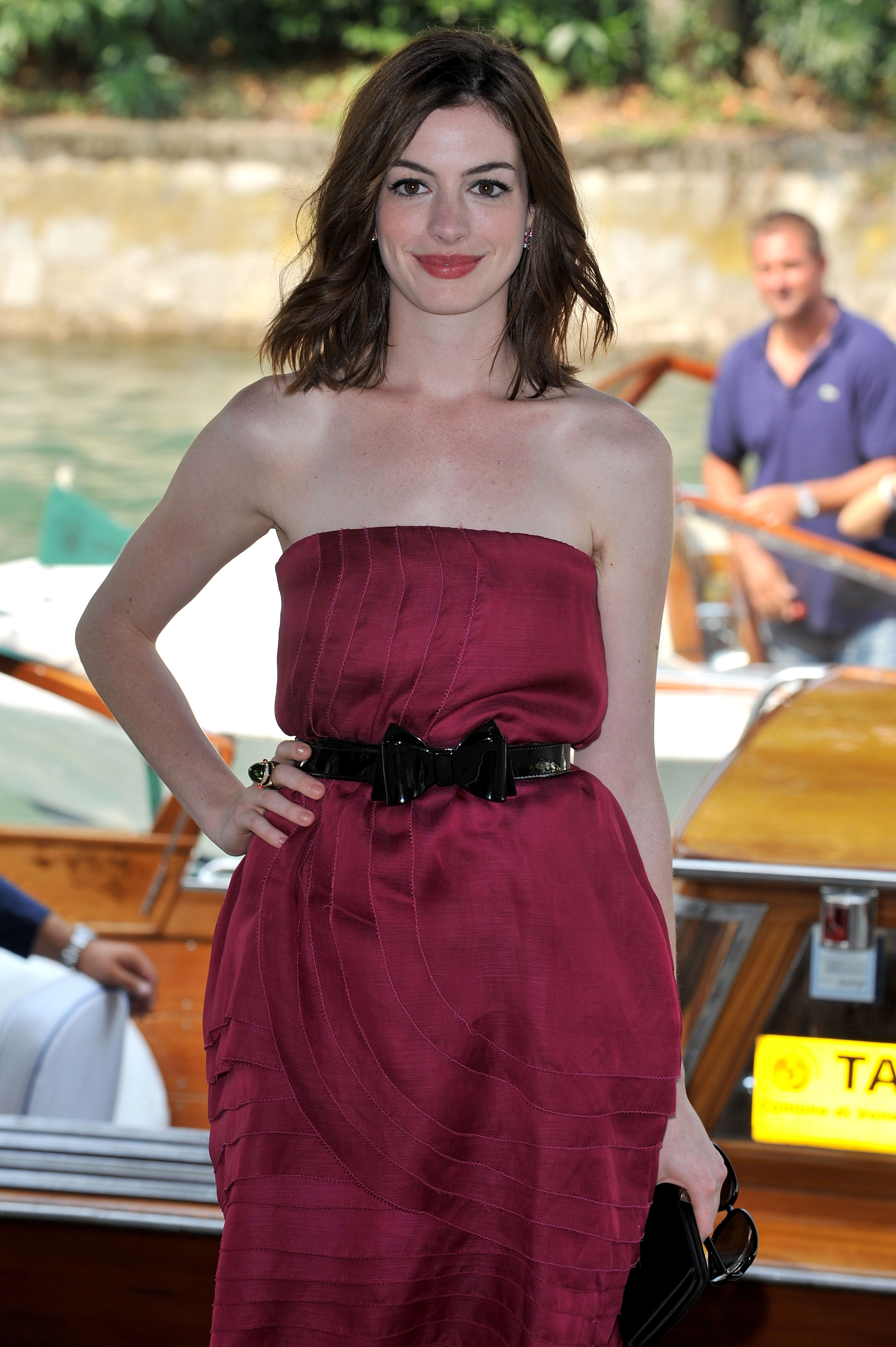 43083_Anne_Hathaway_arrives_at_the_Excelsior_Hotel_Venice-02_122_572lo.jpg