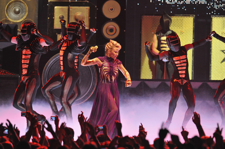 16556_Kylie_Minogue_KylieX2008_Performance_050608_019_122_129lo.jpg