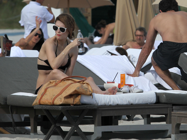 311784912_Mischa_Barton_Bikini_Candids_on_the_Beach_in_Miami_December_27_2011_097_122_369lo.jpg