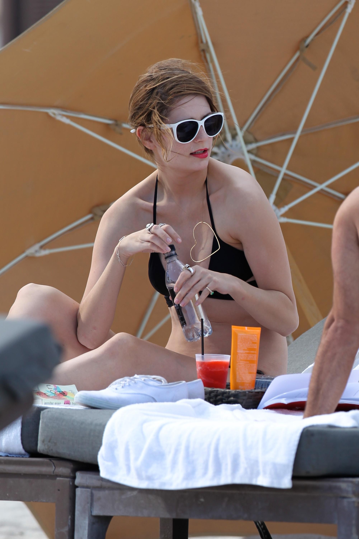 312841634_Mischa_Barton_Bikini_Candids_on_the_Beach_in_Miami_December_27_2011_260_122_504lo.jpg