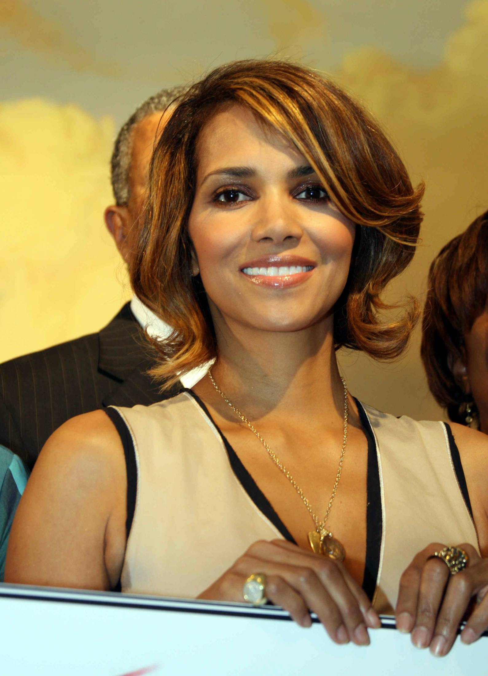 60822_Halle_Berry_2009_Jenesse_Silver_Rose_Gala_Auction_in_Beverly_Hills_97_122_60lo.jpg
