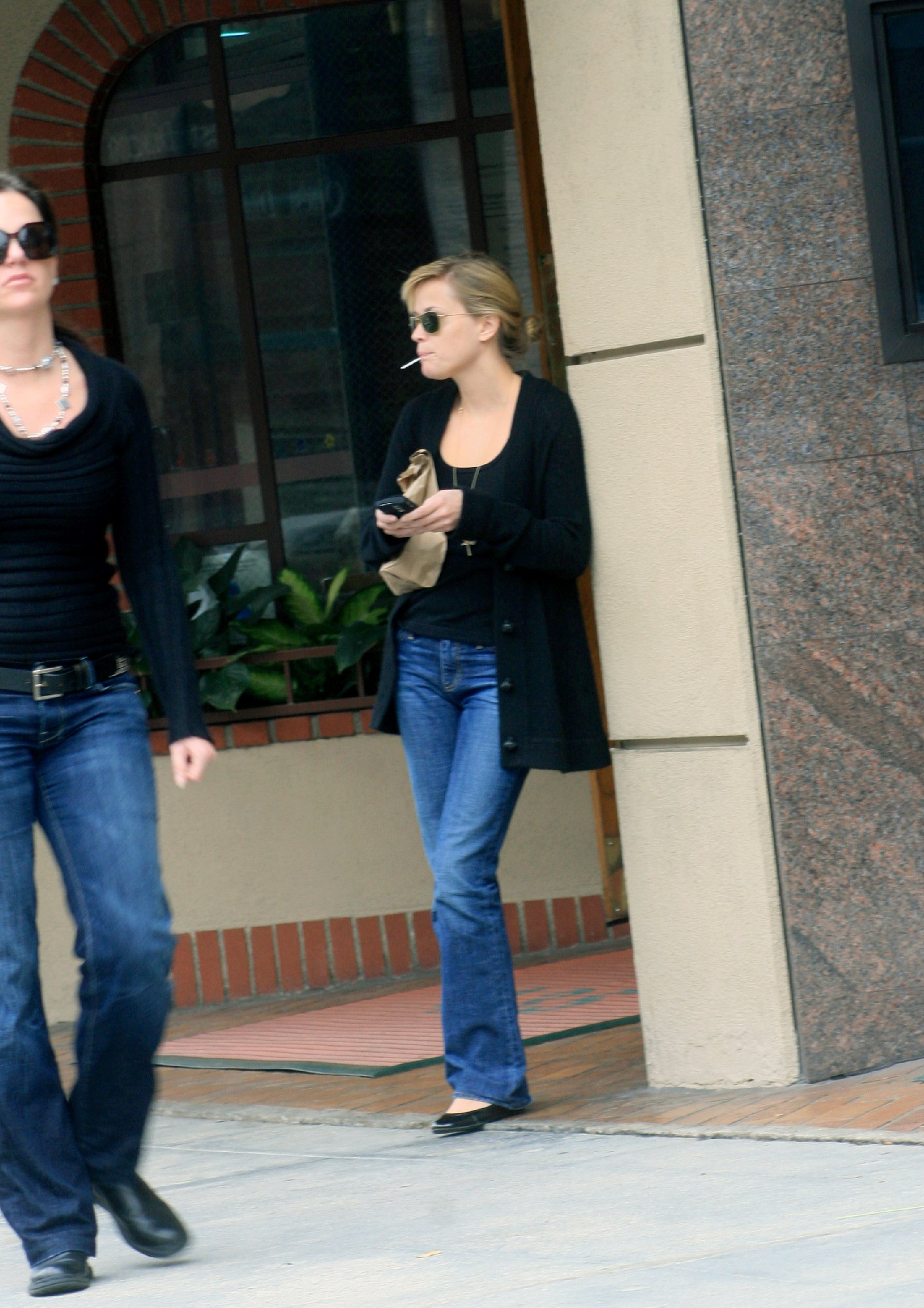 59131_celeb-city.eu_Reese_Witherspoon_leaves_a_medical_building_01_122_99lo.jpg