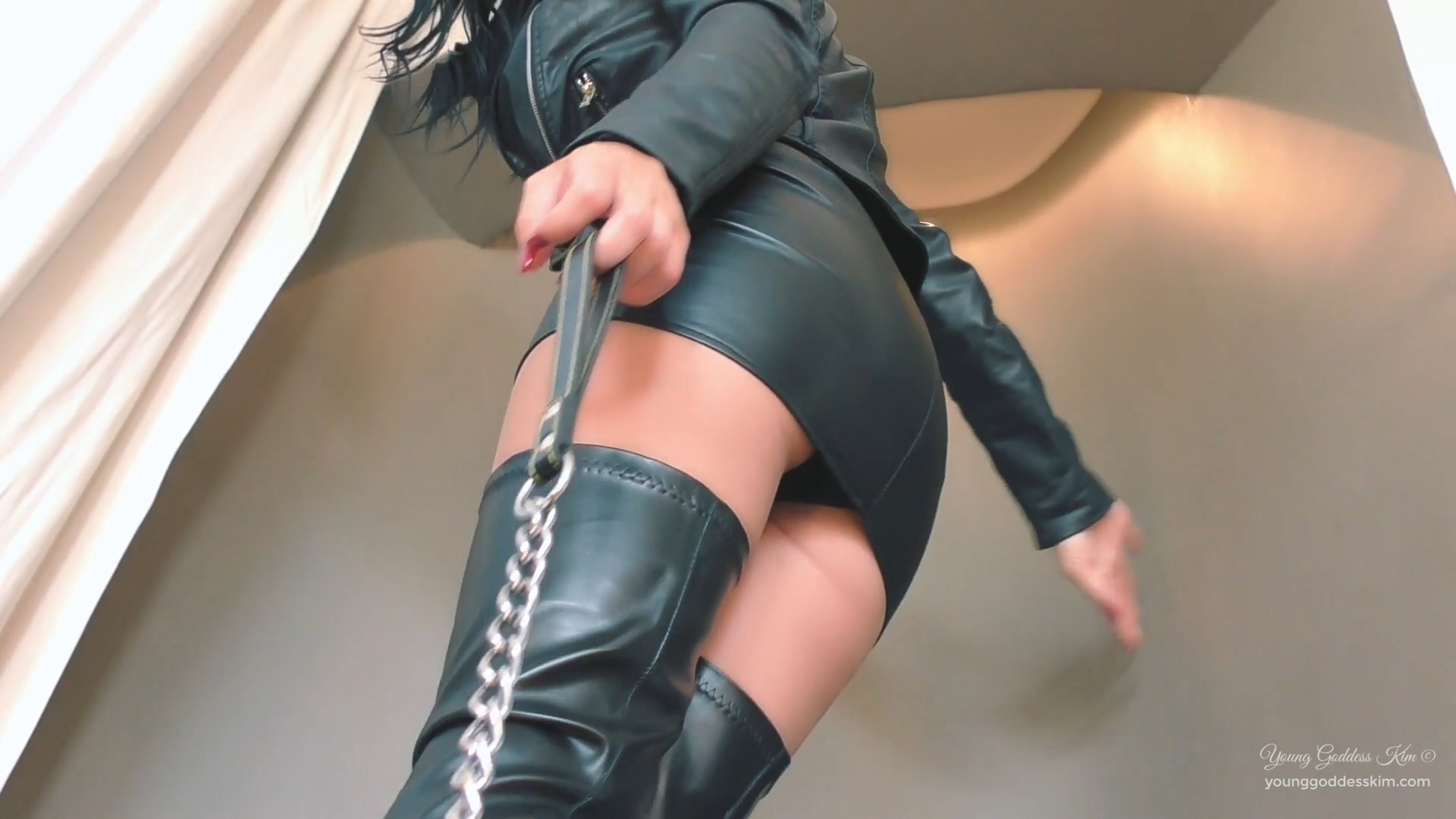 942901722_Leather_and_lust.mp4_20190330_124622.031_123_106lo.jpg