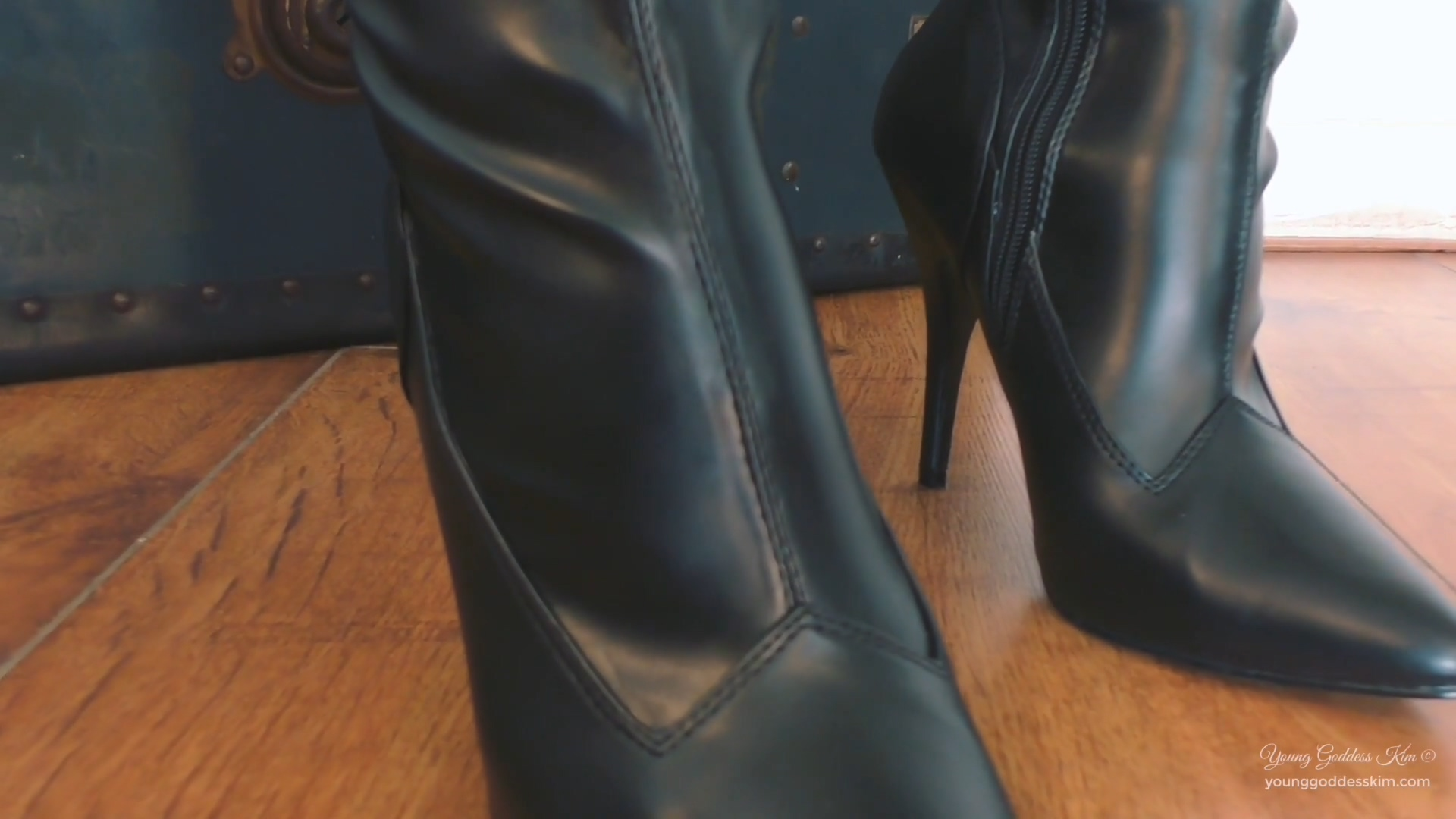 942897731_Leather_and_lust.mp4_20190330_124704.689_123_32lo.jpg