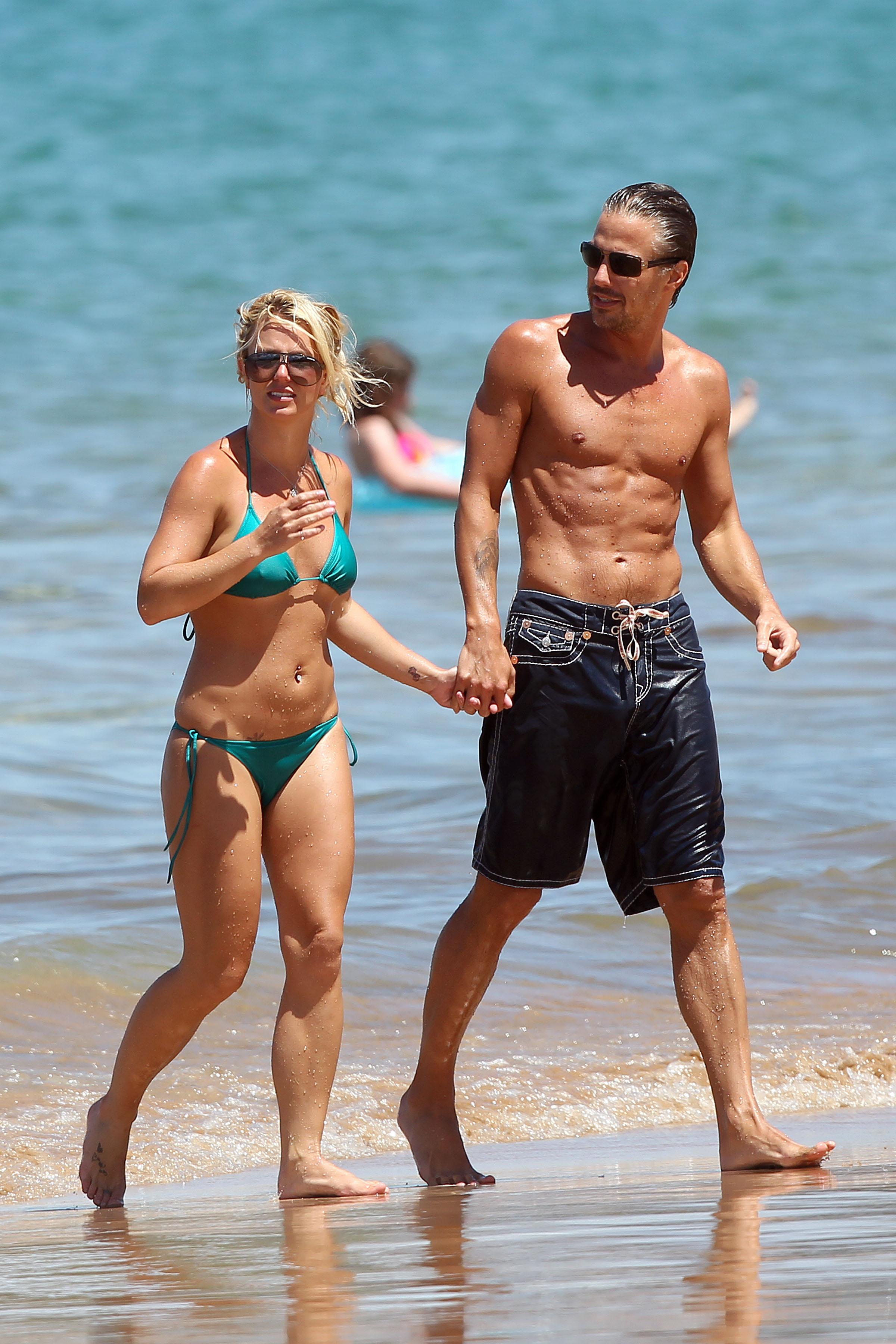 21544_Britney_Spears_on_the_beach_in_Maui_7_122_356lo.jpg