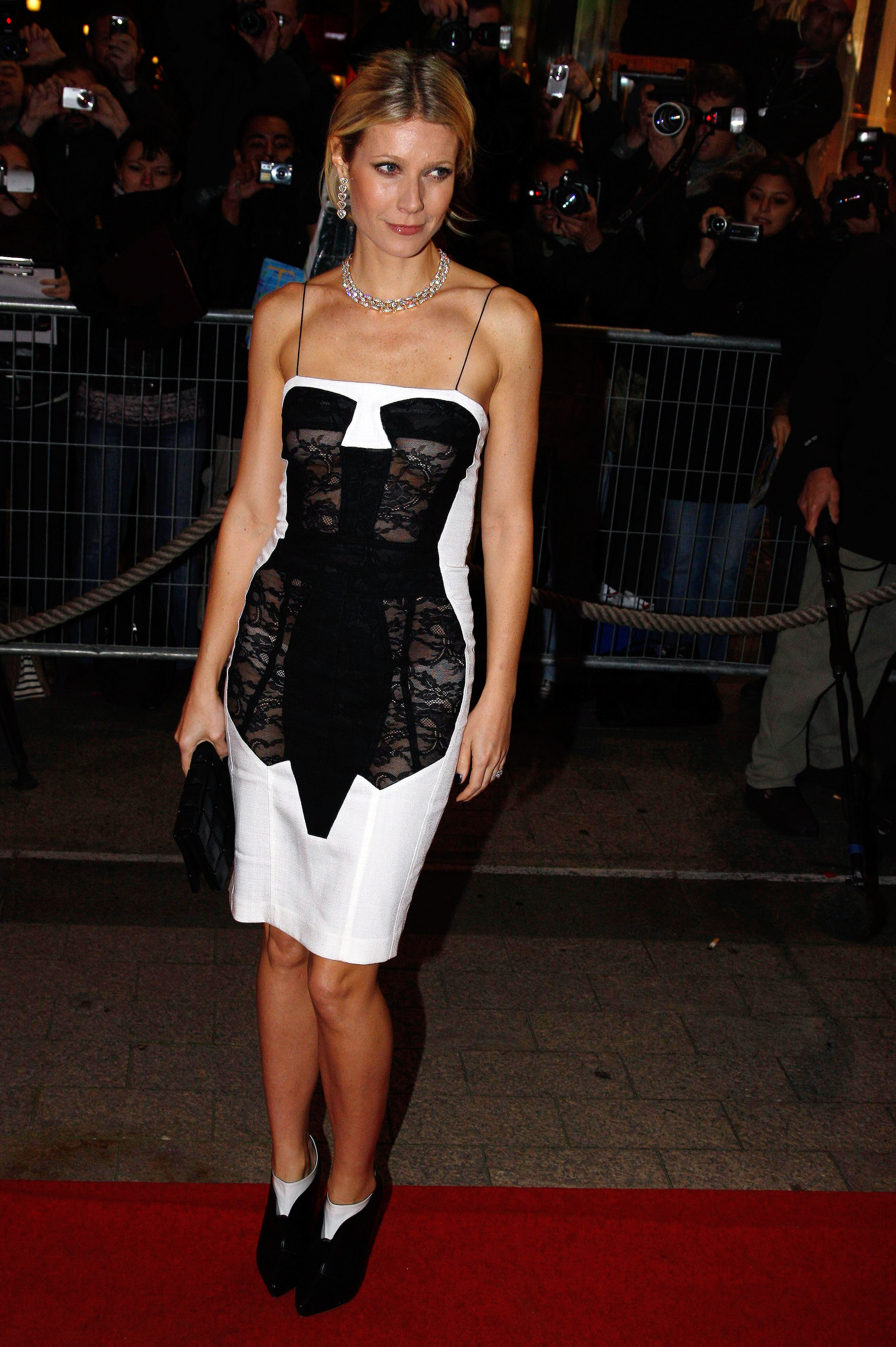37300_Celebutopia-Gwyneth_Paltrow-Two_Lovers_French_premiere_in_Paris-10_122_1193lo.jpg