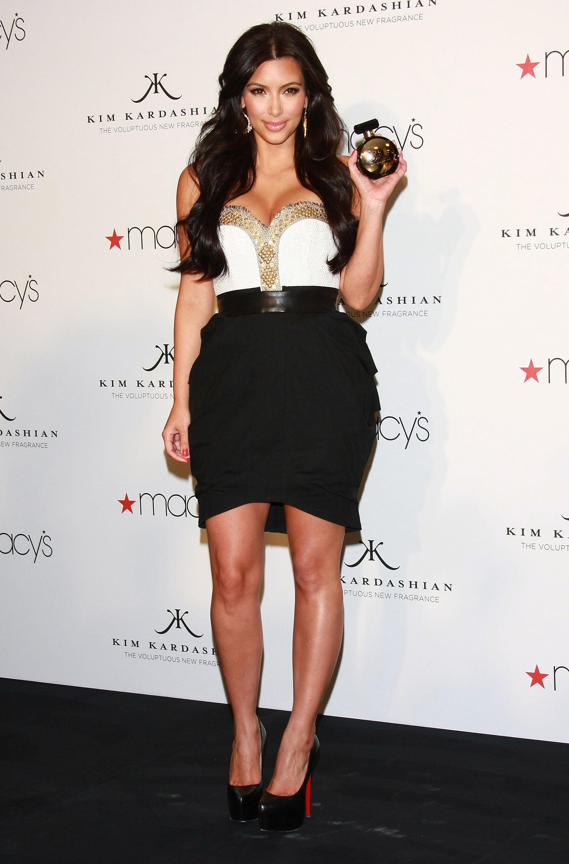 85861_celebrity_paradise.com_Kim_Kardashian_Fragance_50_122_421lo.jpg