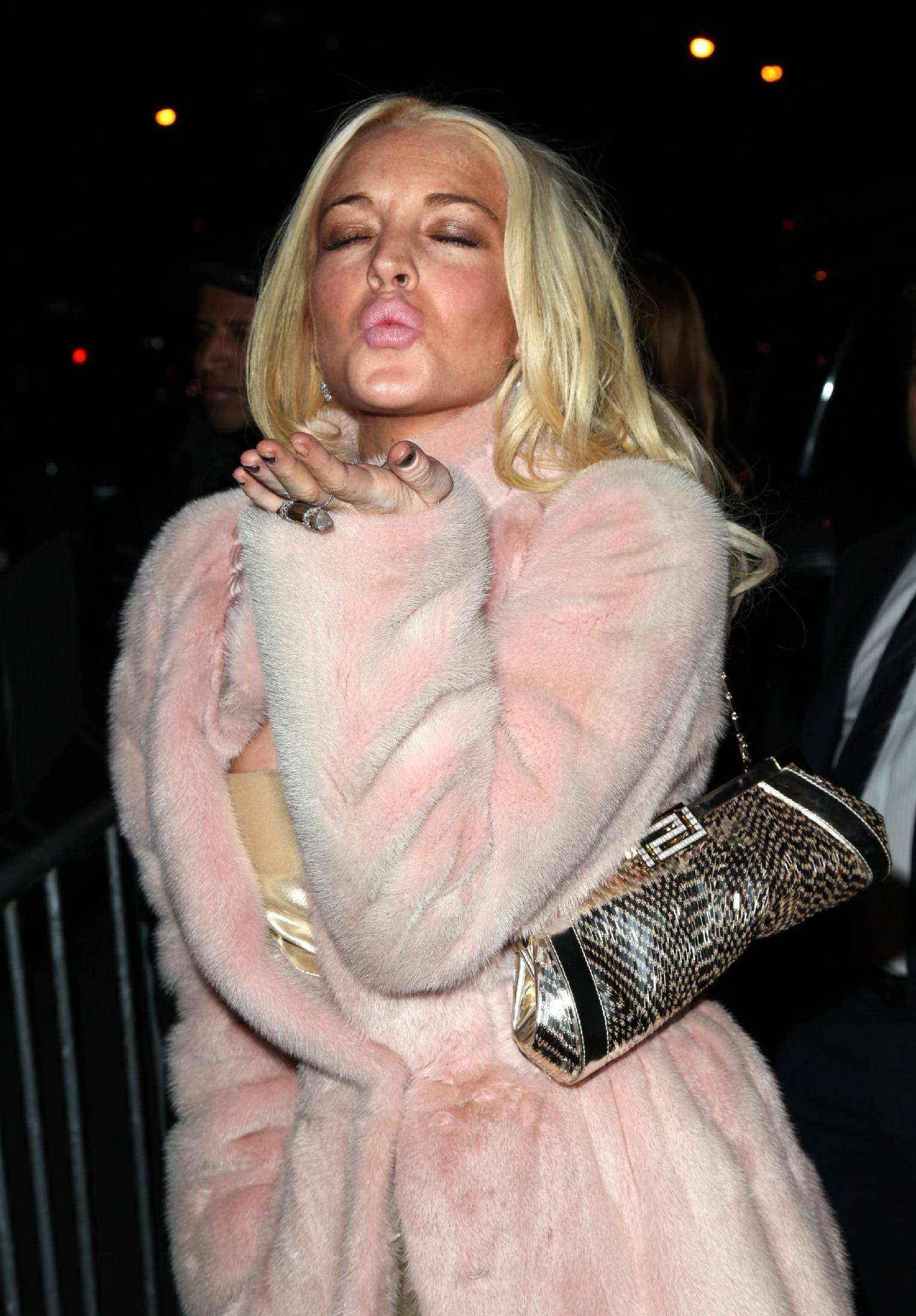 68560_Lindsay_Lohan_arrives_at_the_2009_Whitney_Museum_Gala-9_123_549lo.jpg