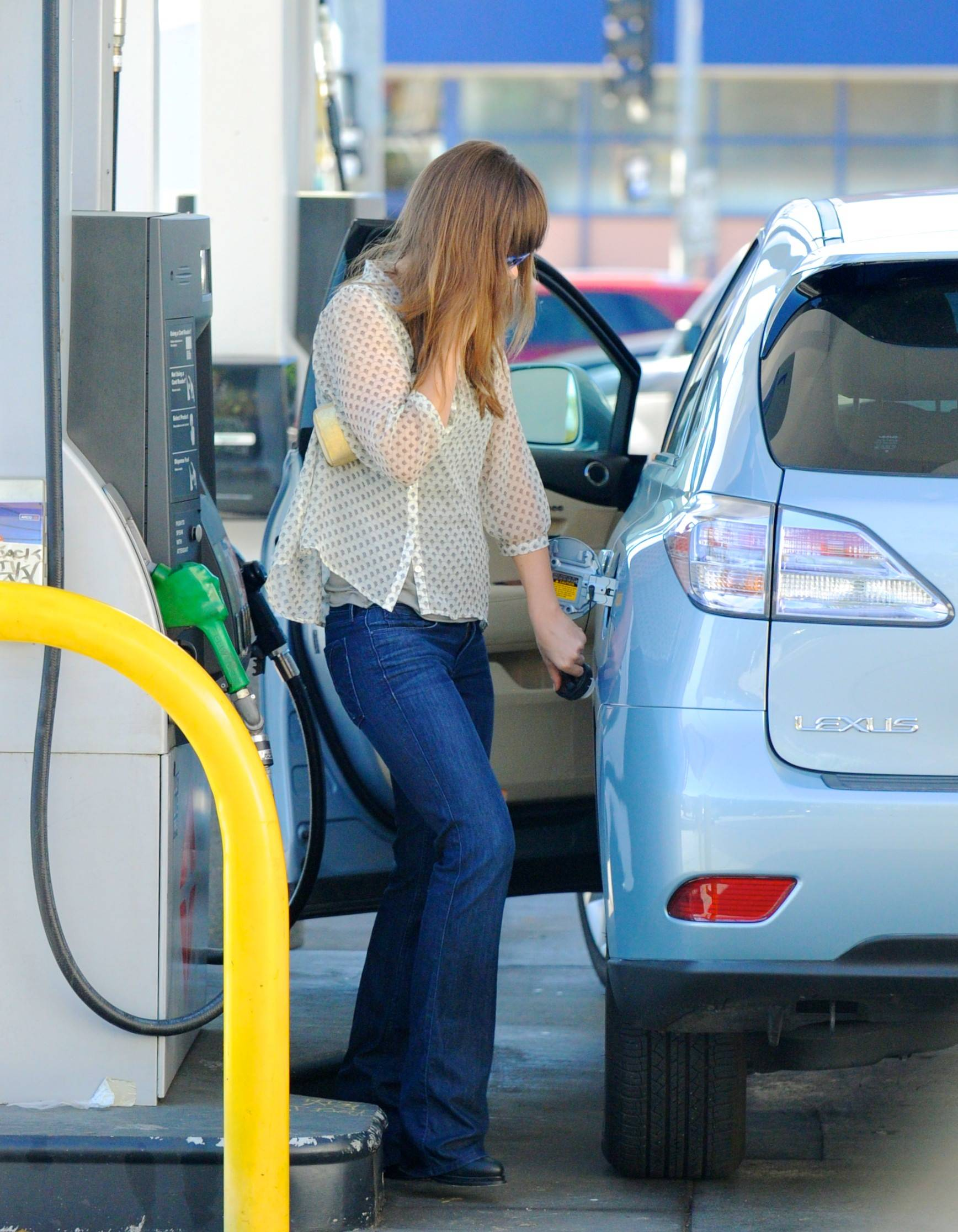 671626370_Olivia_Wilde_at_a_Gas_Station_in_LA_March_31_2011_03_122_78lo.jpg