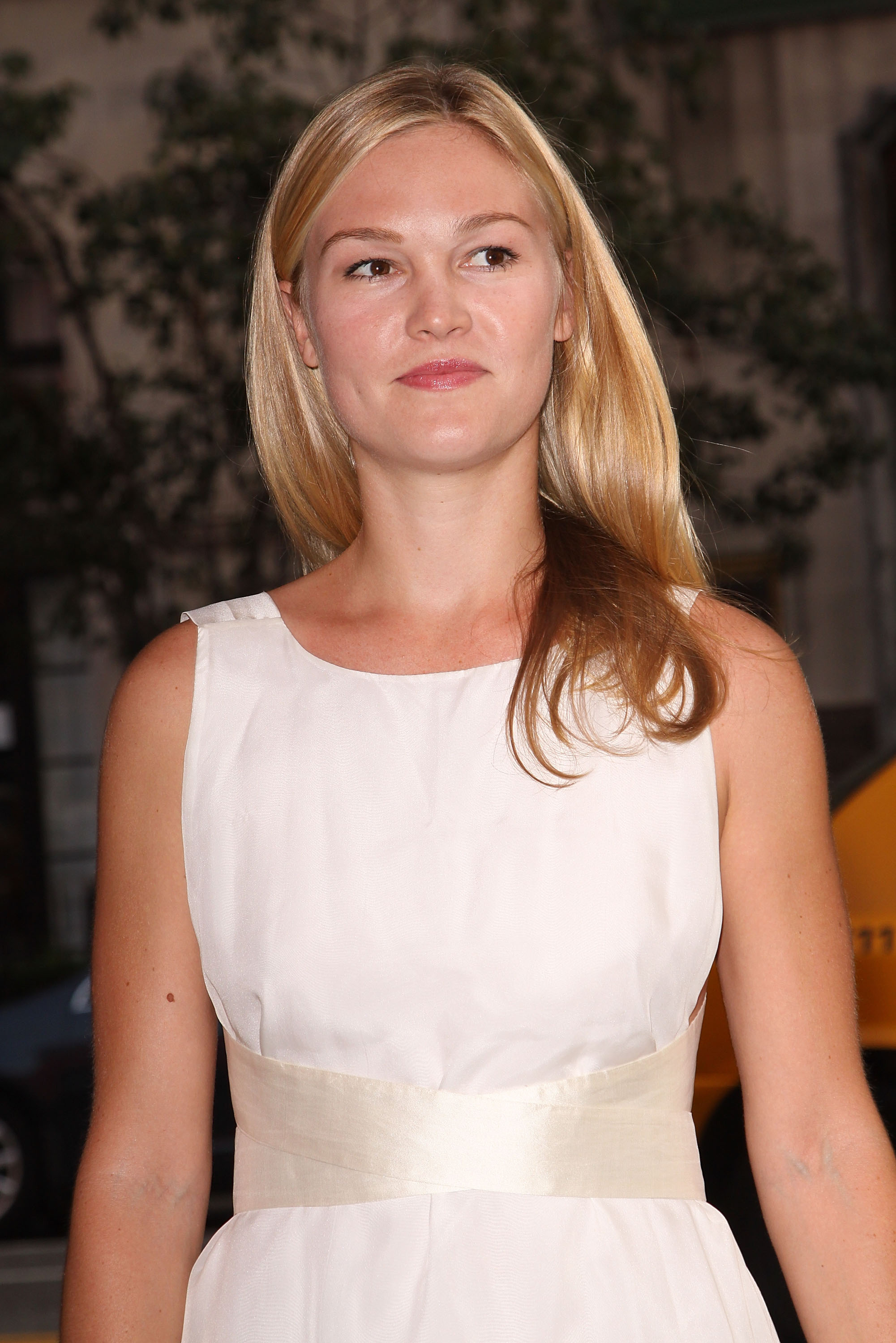 93964_Julia_Stiles_The_Cinema_Society_Screening_Of_Inglourious_Basterds12_122_1133lo.jpg