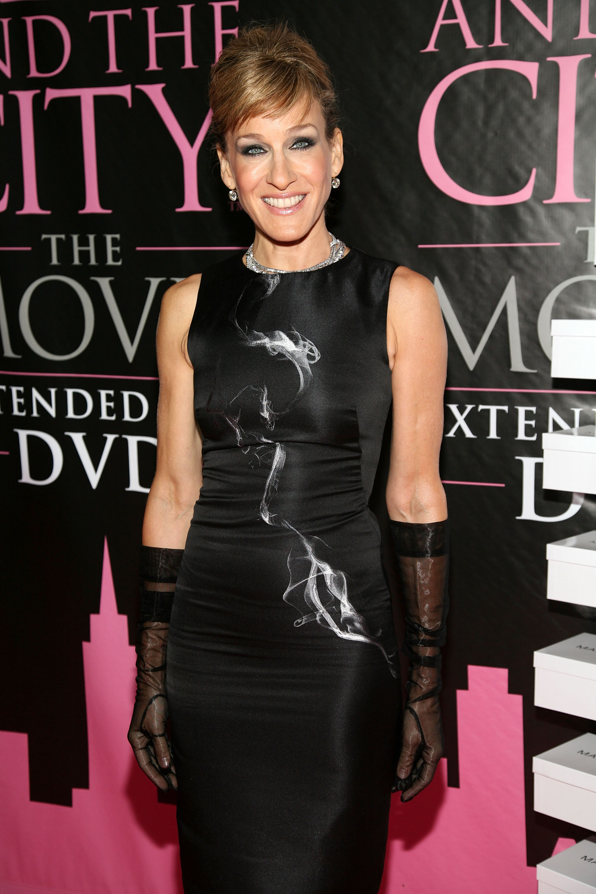 04137_Celebutopia-Sarah_Jessica_Parker-Sex_and_the_City_The_Movie_DVD_launch_in_New_York_City-02_122_589lo.jpg