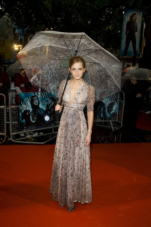 52566_Emma_Watson_HPaTHBP_premiere_in_London04082_122_996lo.jpg