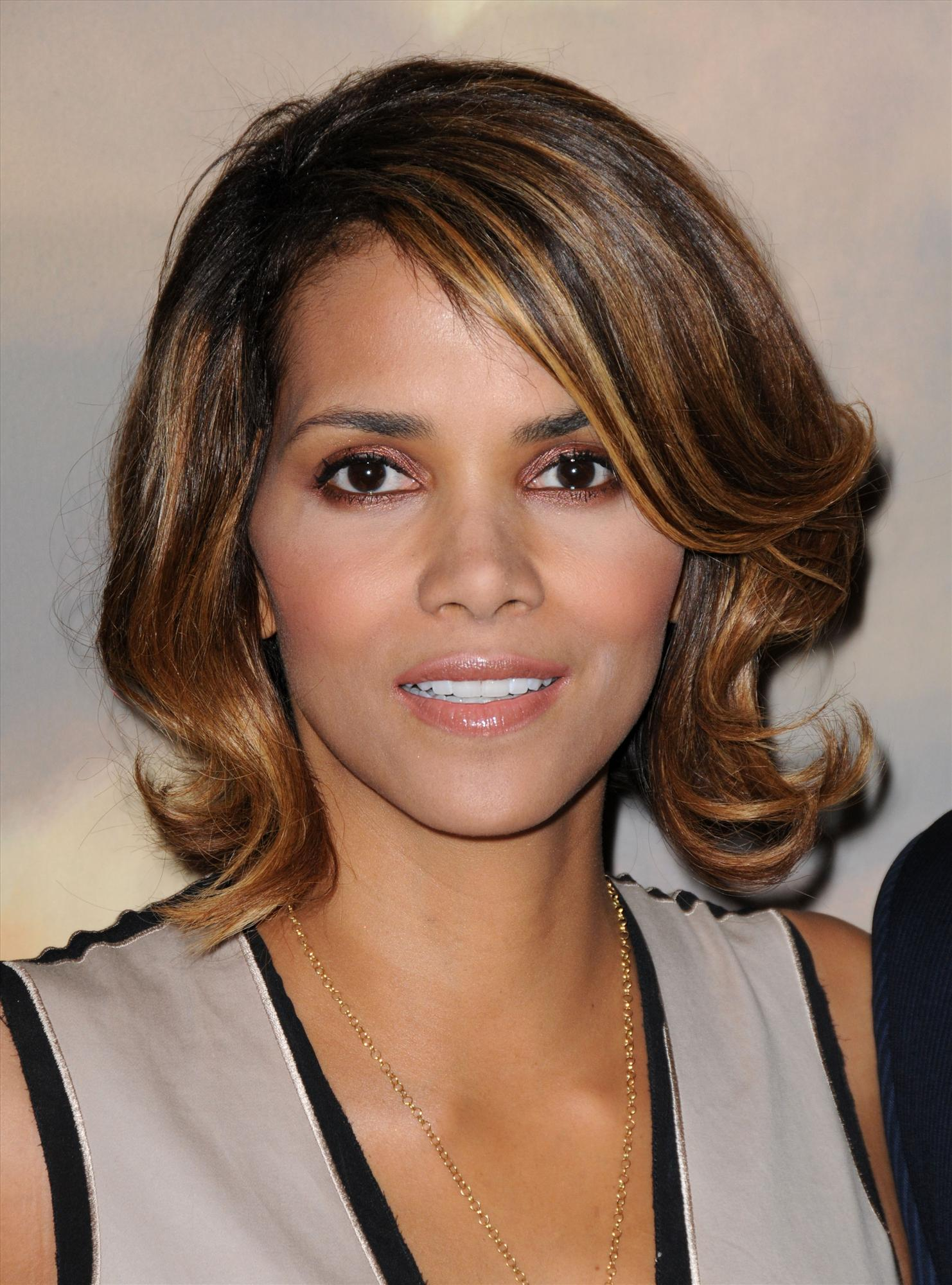 62385_Halle_Berry_2009_Jenesse_Silver_Rose_Gala_Auction_in_Beverly_Hills_29_122_115lo.jpg