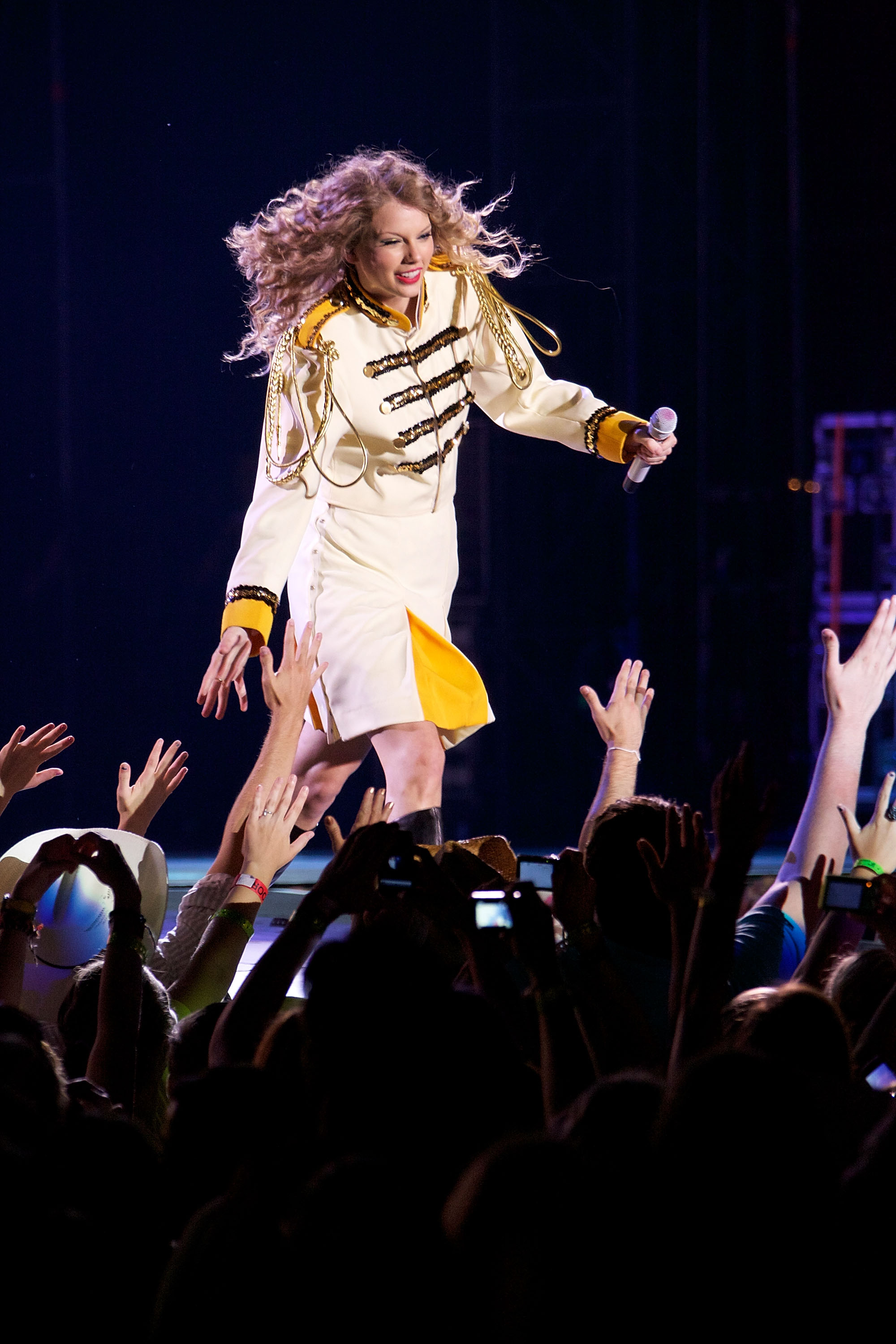 32576_Taylor_swift_performs_her_Fearless_Tour_at_Tiger_Stadium_015_122_156lo.jpg