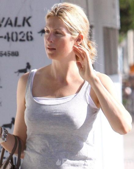 68787_Kelly-Rutherford-walks-with-her-dog-4_122_10lo.jpg