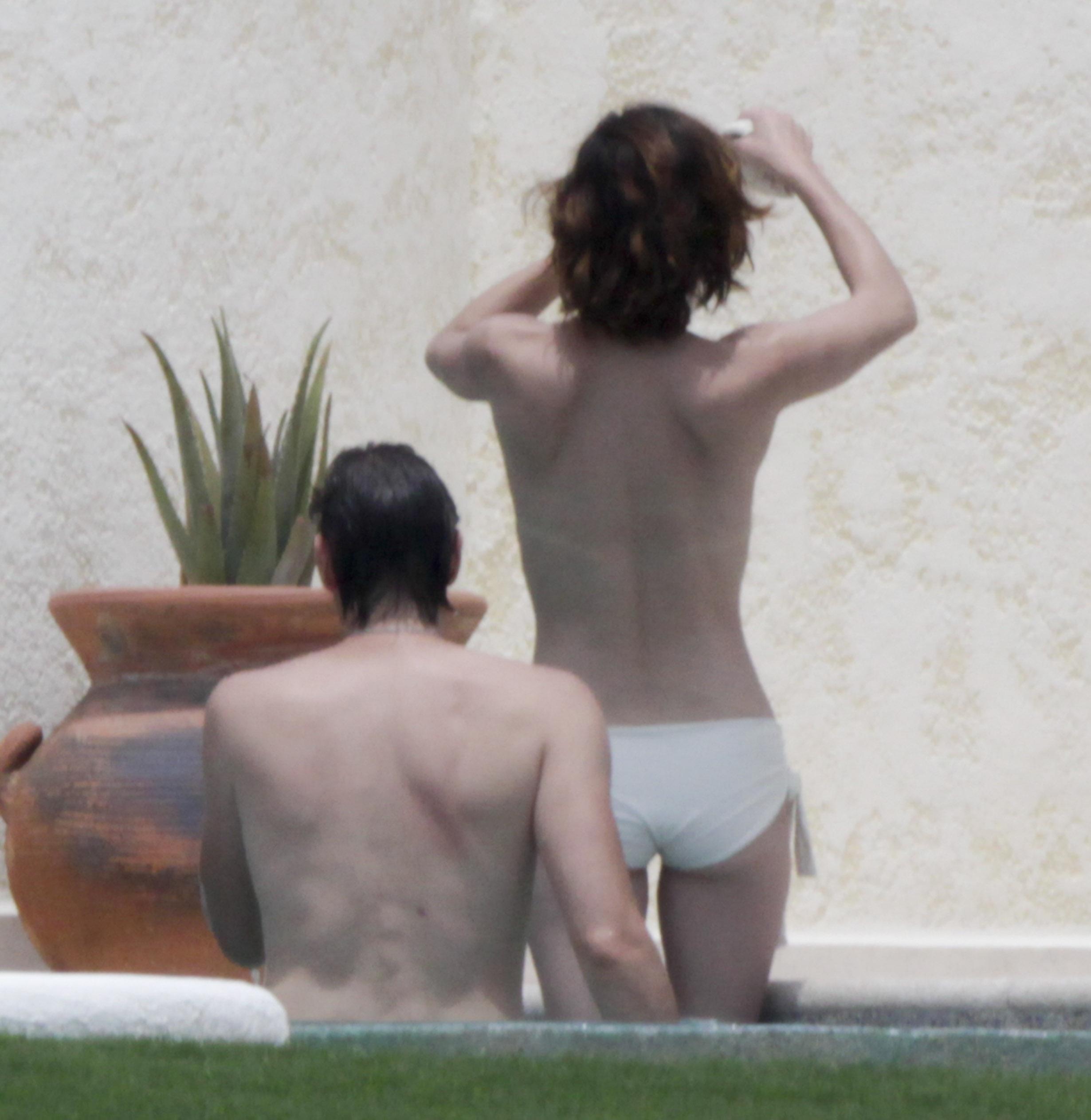 72627_Milla_Jovovich_on_the_beach_in_Los_Cabos_13_123_451lo.jpg