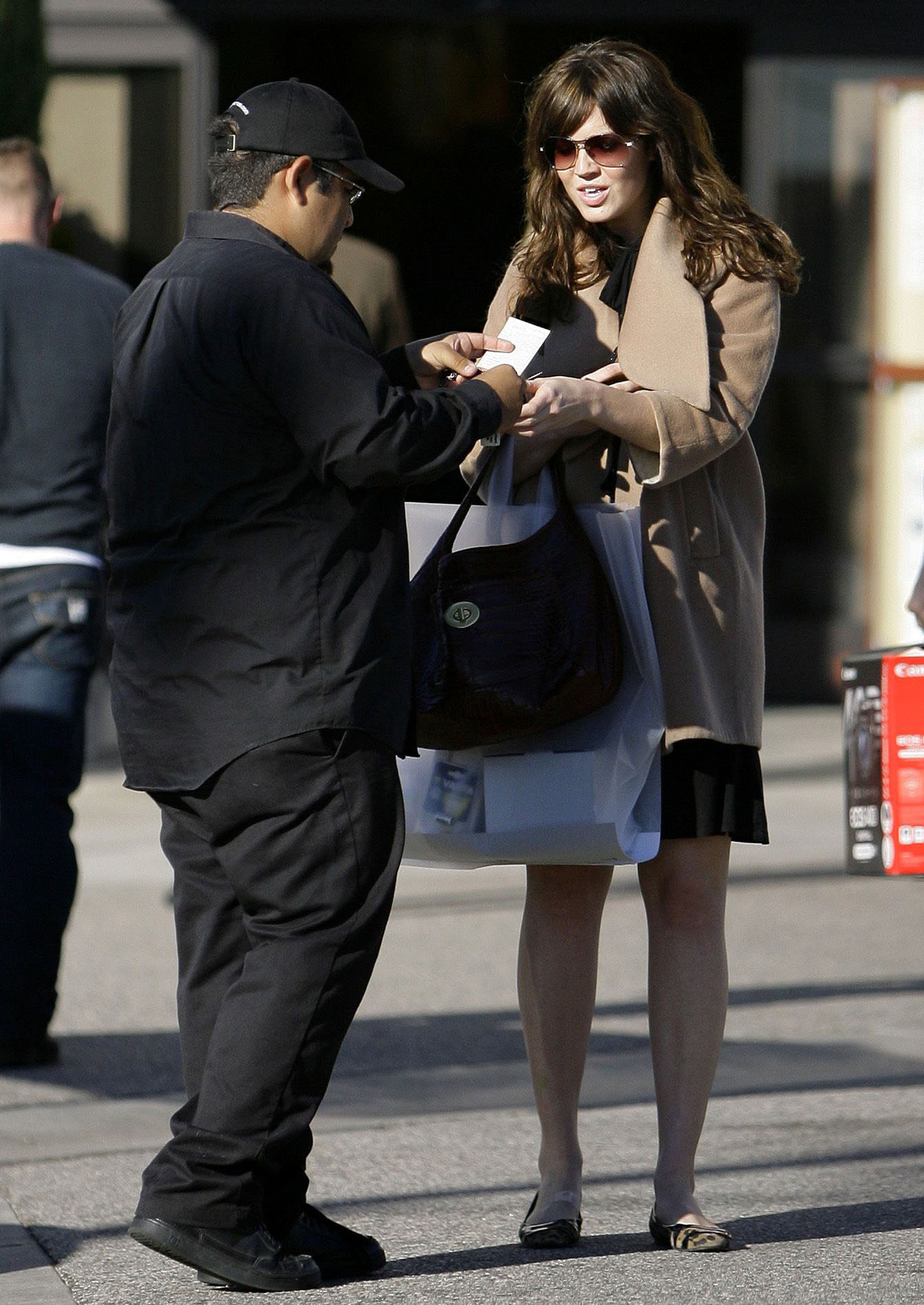 68296_celeb-city.eu_Mandy_Moore_out_and_about_in_West_Hollywood_10.12.2007_34_122_51lo.jpg