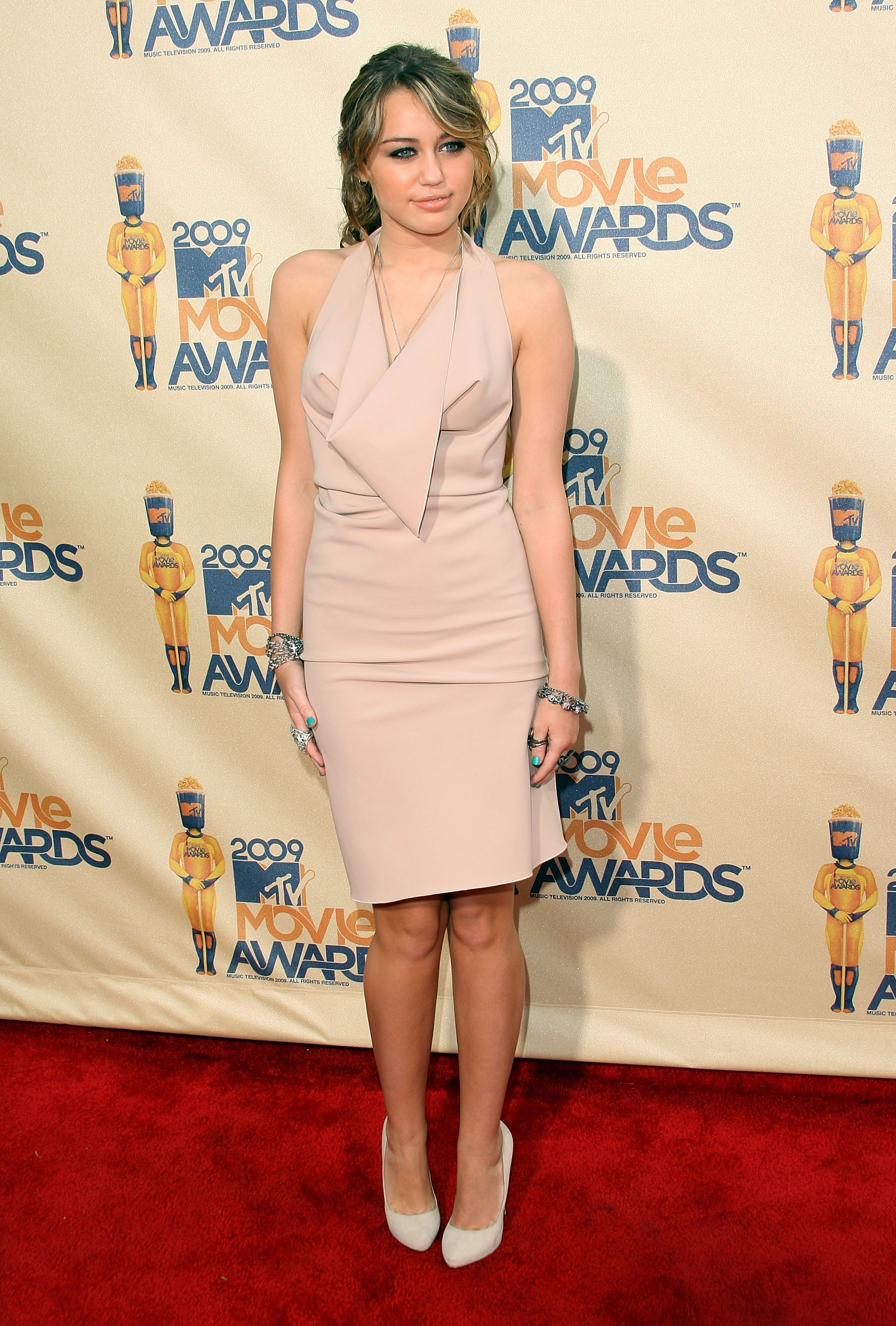 23263_Celebutopia-Miley_Cyrus_arrives_at_the_2009_MTV_Movie_Awards-12_122_1178lo.jpg